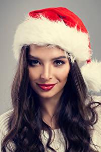 Фотография Новый год Серый фон Брюнетка Шапки Взгляд Волосы Девушки
