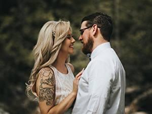 Фотография Любовники Мужчины Двое Блондинка Очки Улыбка Тату
