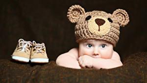 Обои Грудной ребёнок Смотрит Шапки Ботинки