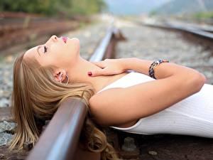 Фотография Железные дороги Рельсы Руки Девушки