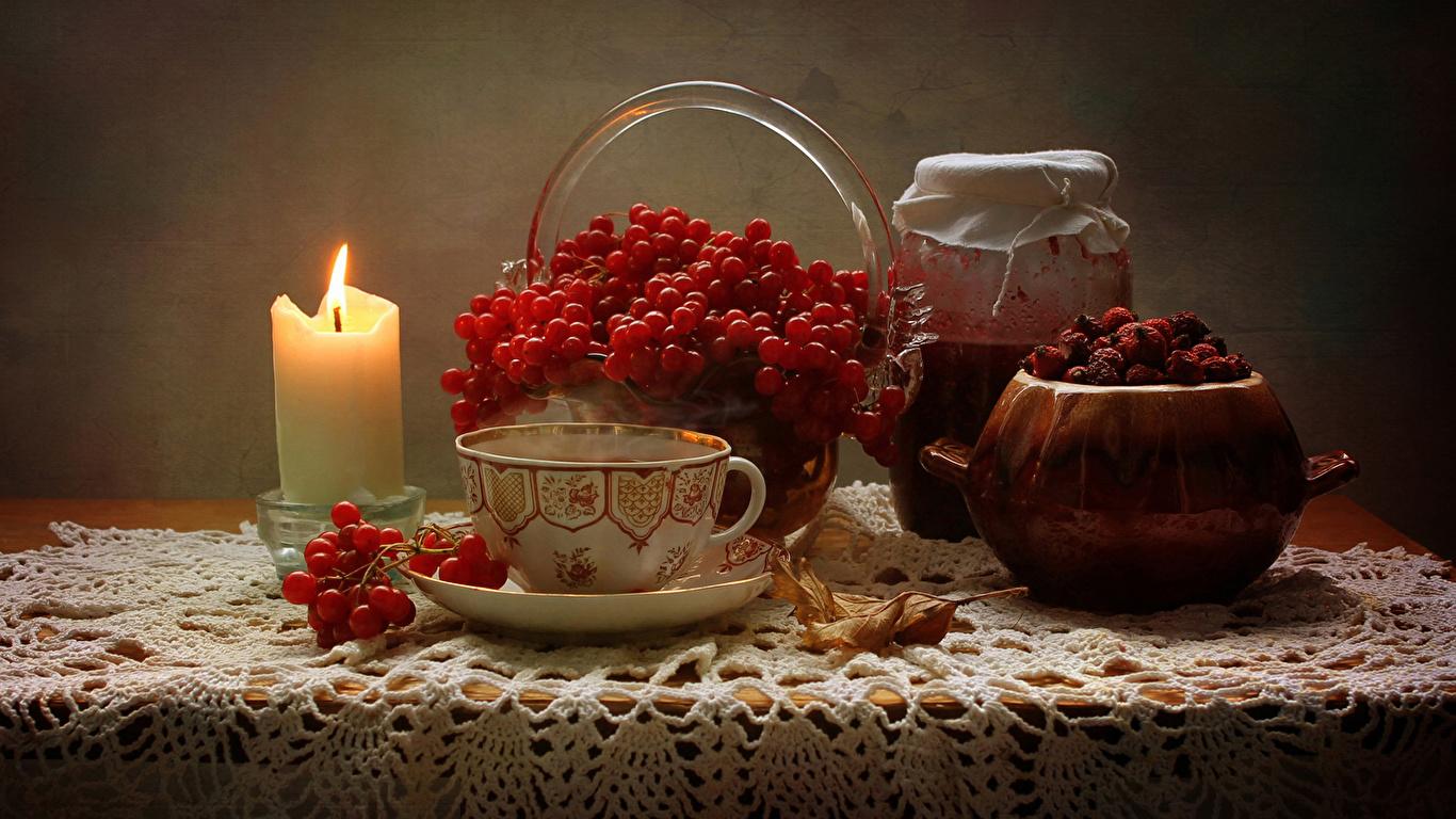 Обои Чай Рябина Варенье Банка Стол Чашка Свечи Продукты питания Натюрморт 1366x768 джем Повидло Еда Пища