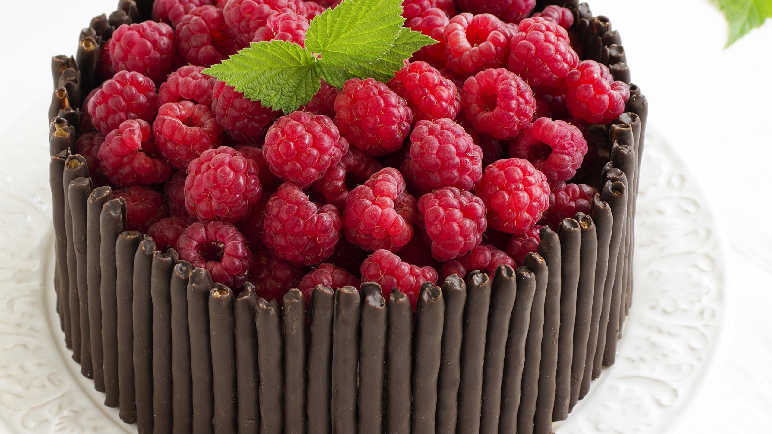 Обои для рабочего стола Шоколад Торты Малина Пища 2560x1440 Еда Продукты питания