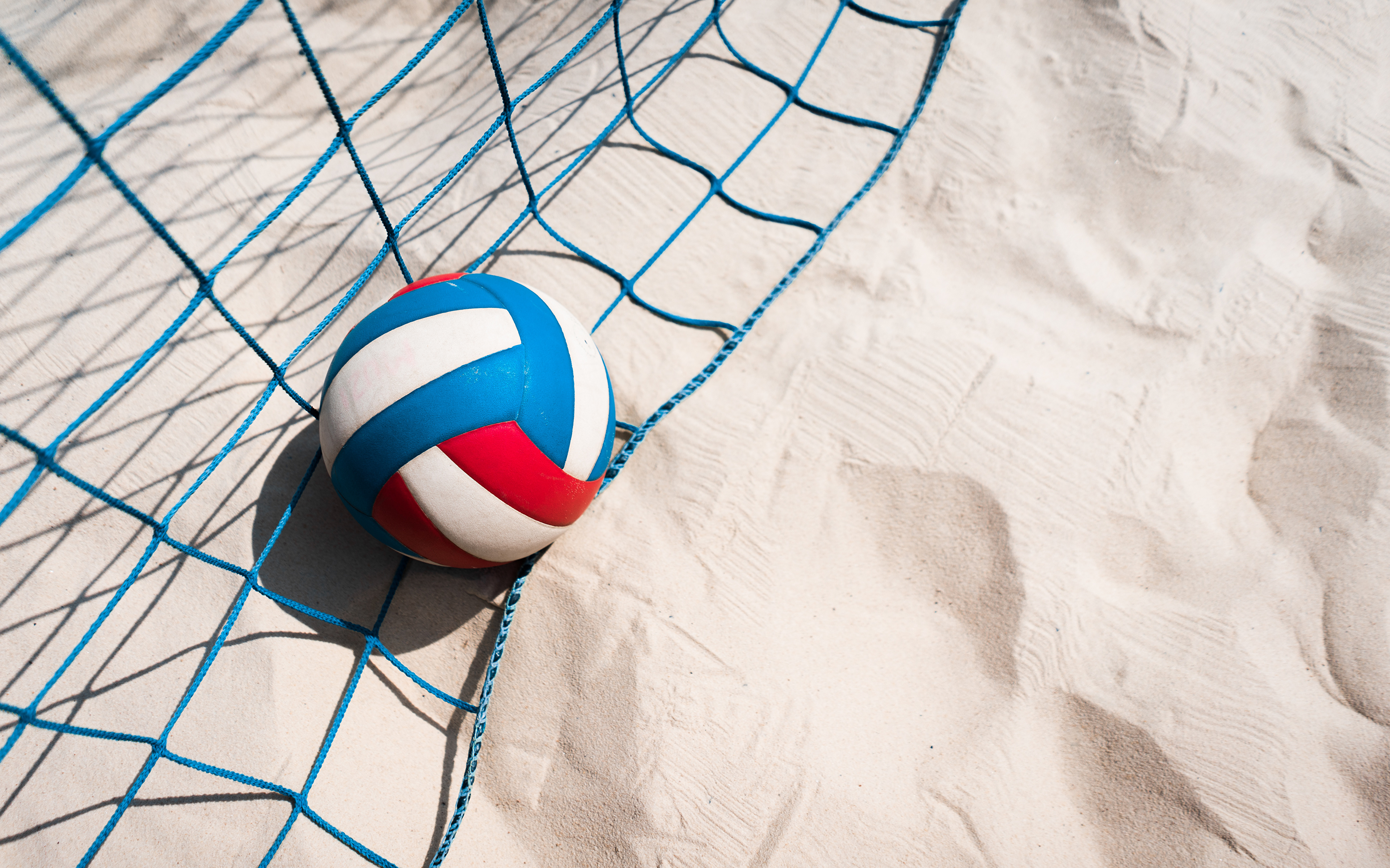 Фотографии volleyball спортивная сетка спортивные песке Мяч 3840x2400 Сетка Спорт спортивная спортивный песка Песок Мячик