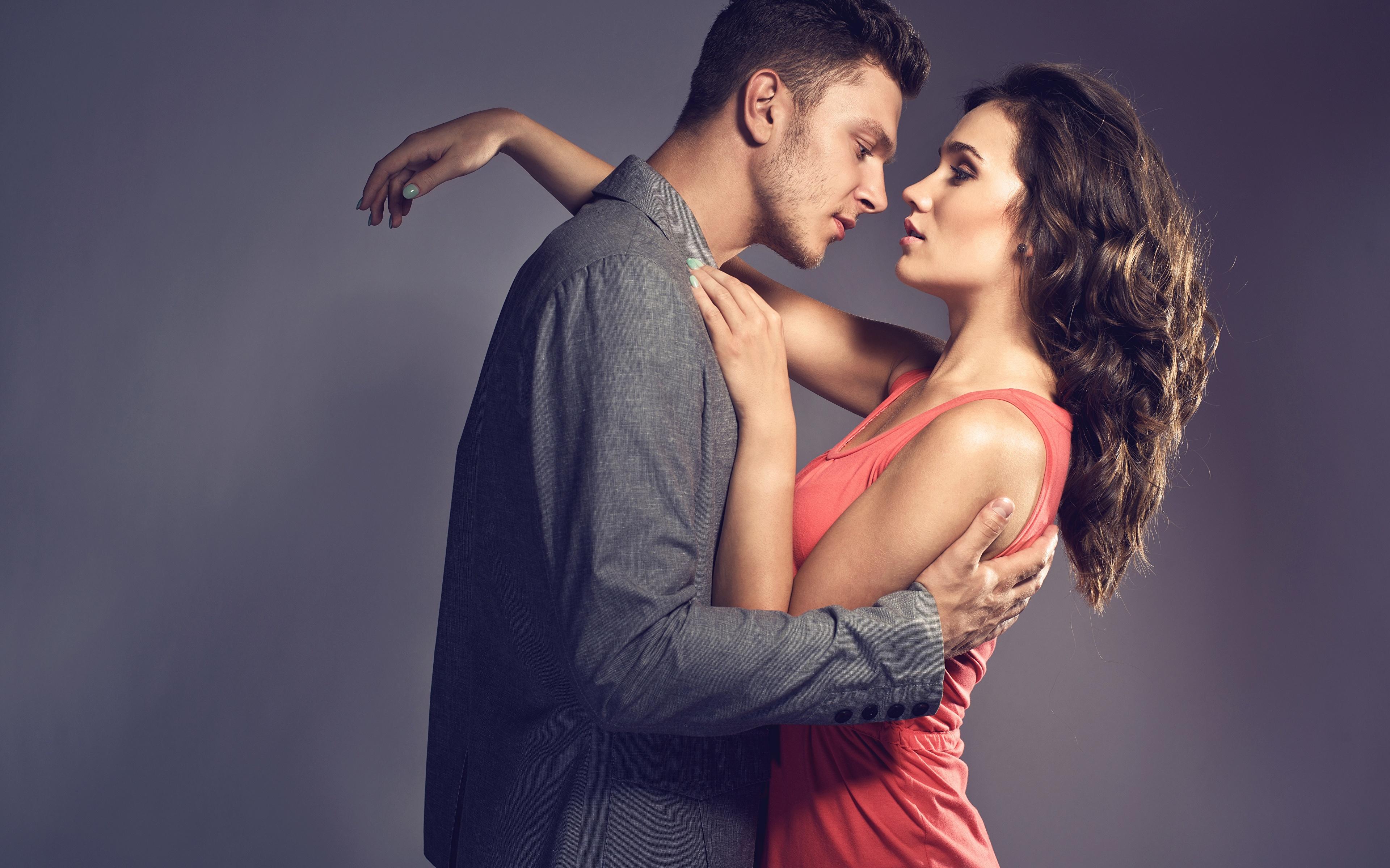 Фото шатенки мужчина Любовь Объятие молодая женщина платья 3840x2400 Шатенка Мужчины девушка Девушки обнимает обнимаются молодые женщины Платье