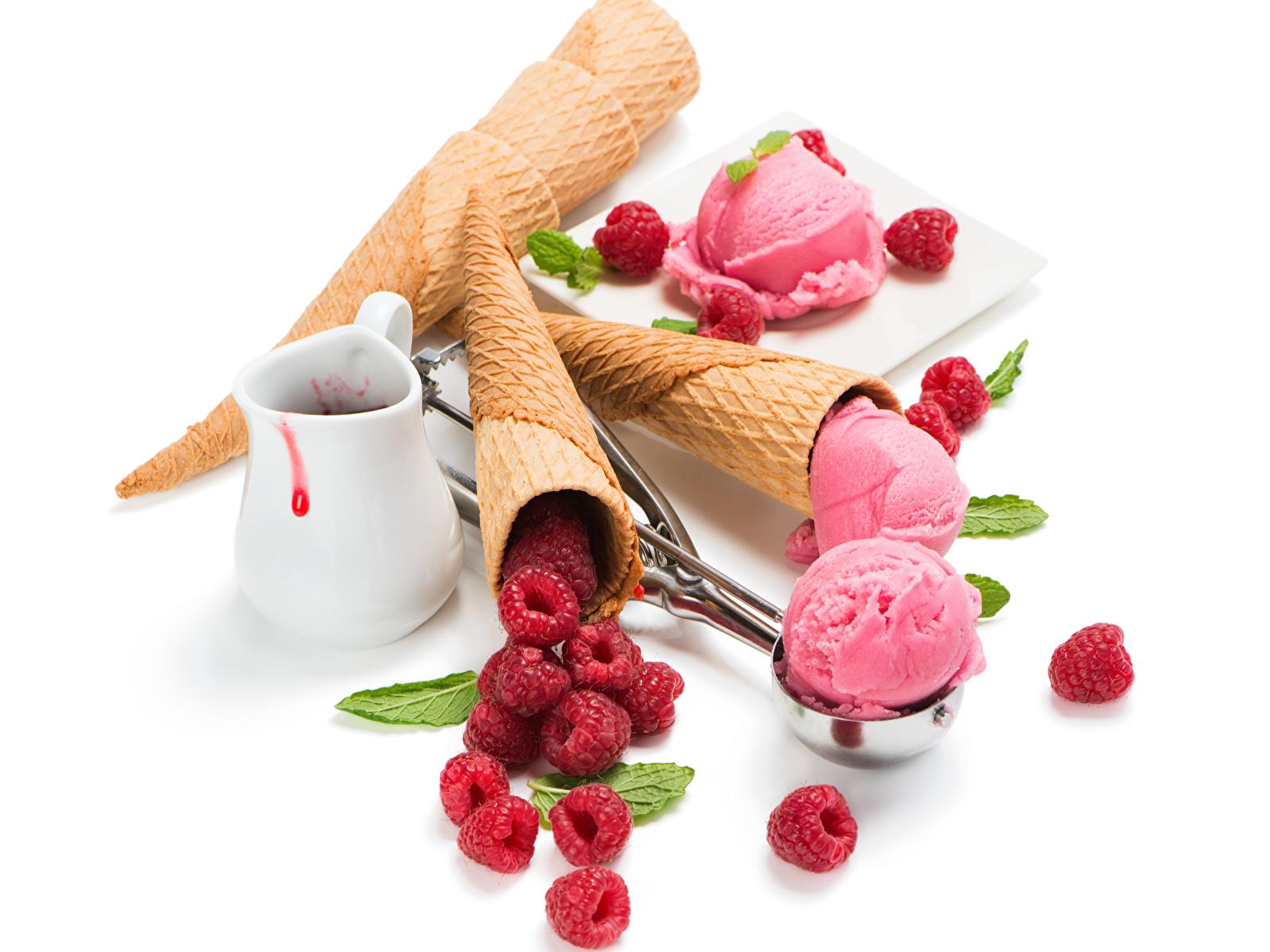 Обои Мороженое Малина кувшины Шарики Продукты питания Сладости Белый фон 1600x1200 Кувшин Шар Еда Пища