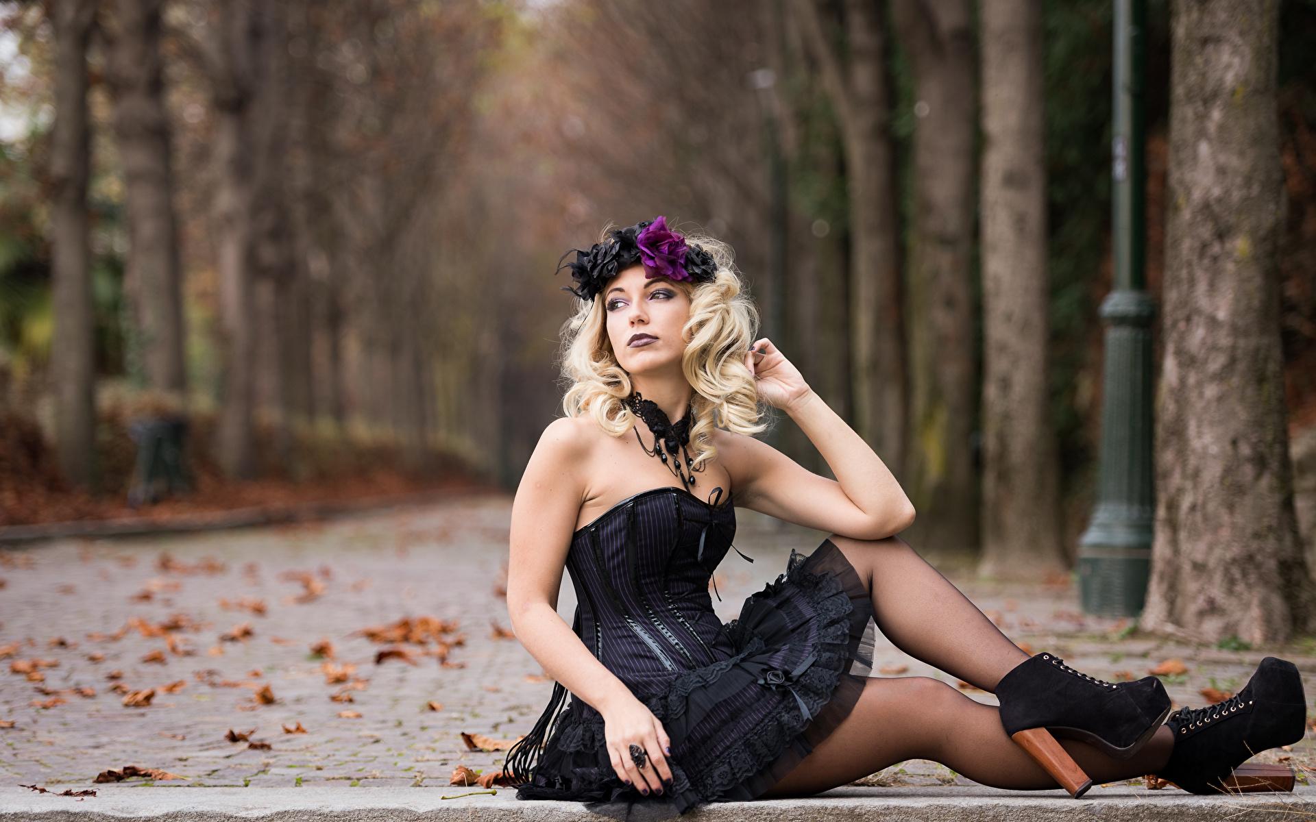 Обои для рабочего стола Готика Фэнтези лист Блондинка боке Осень Венок Девушки Ноги Сидит платья 1920x1200 готические Листва Листья блондинки блондинок Размытый фон венком осенние девушка молодая женщина молодые женщины ног сидя сидящие Платье