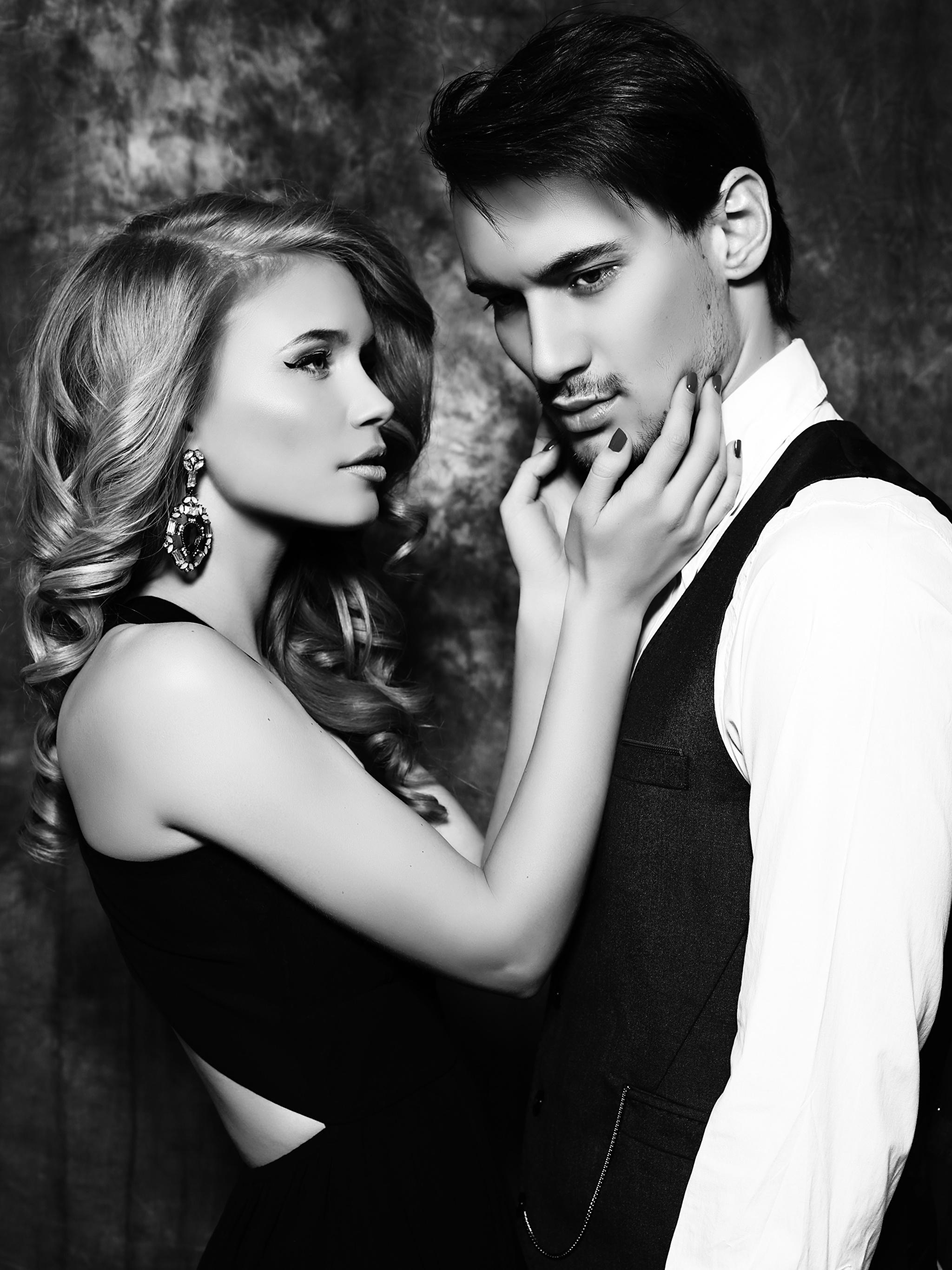Картинка Блондинка Мужчины Двое Любовь Девушки Руки Серьги Черно белое 2048x2732 2 вдвоем