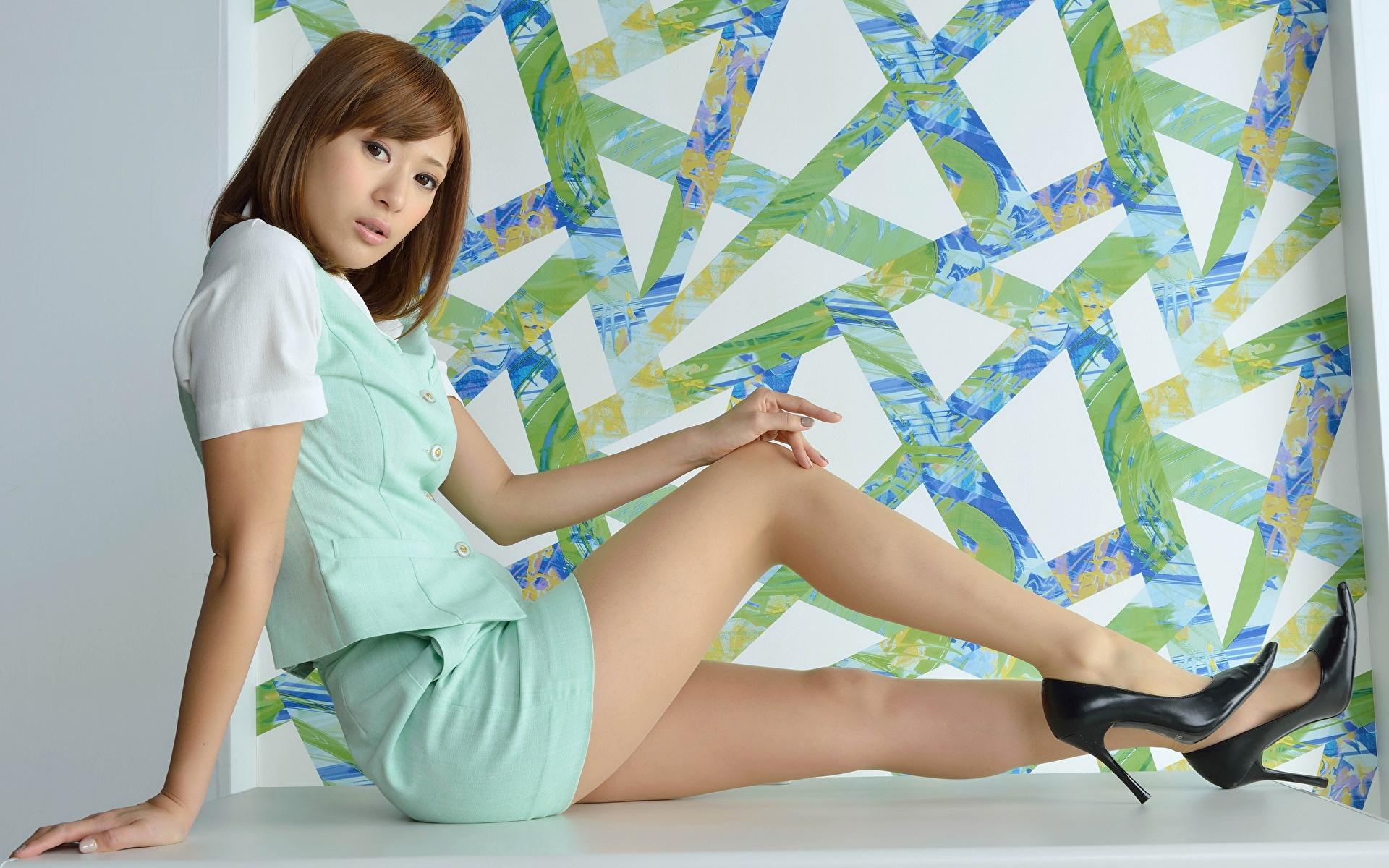 Картинка Шатенка девушка Ноги азиатки рука Сбоку сидящие Туфли 1920x1200 шатенки Девушки молодая женщина молодые женщины ног Азиаты азиатка Руки сидя Сидит туфель туфлях