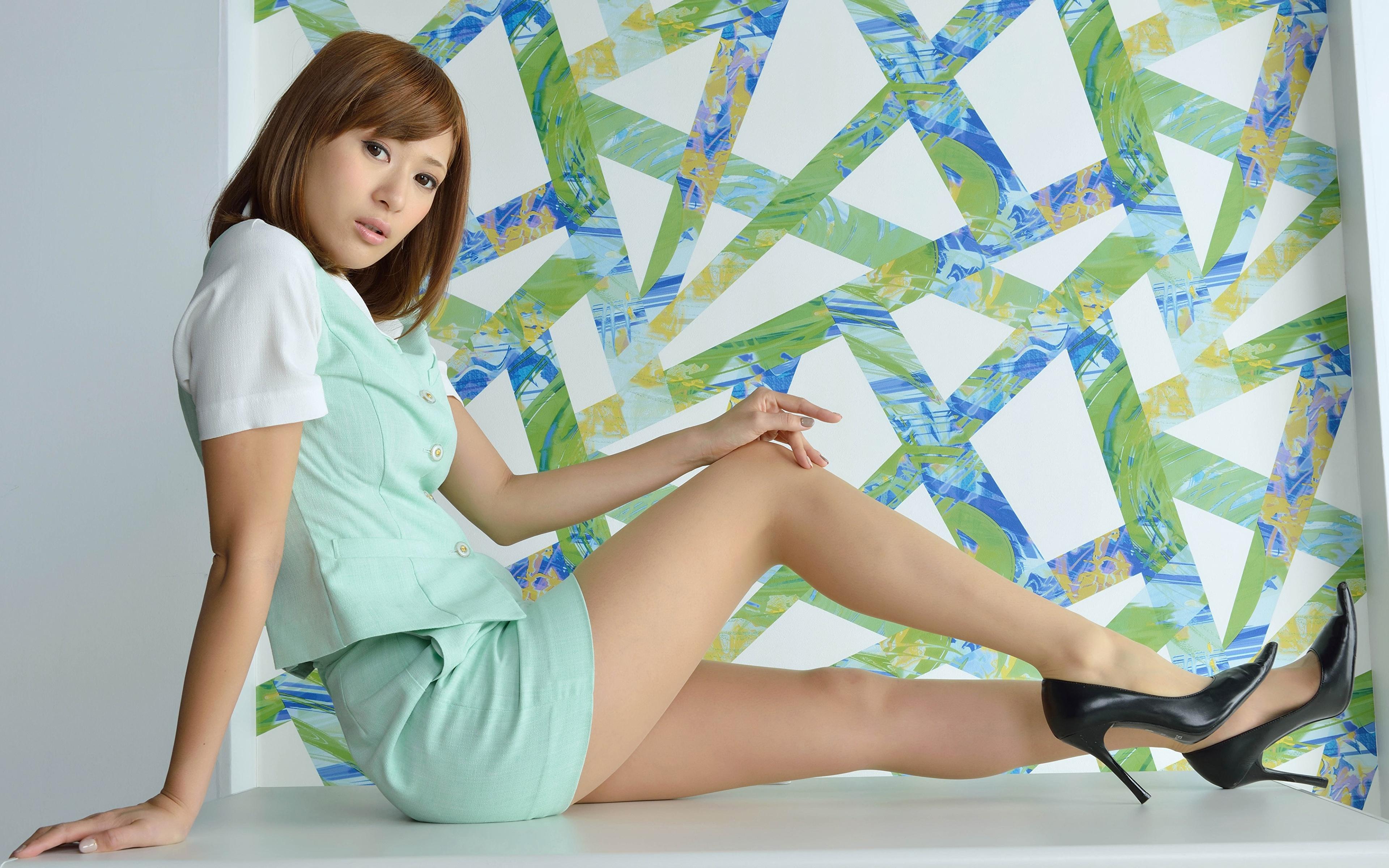 Картинка Шатенка девушка Ноги азиатки рука Сбоку сидящие Туфли 3840x2400 шатенки Девушки молодая женщина молодые женщины ног Азиаты азиатка Руки сидя Сидит туфель туфлях