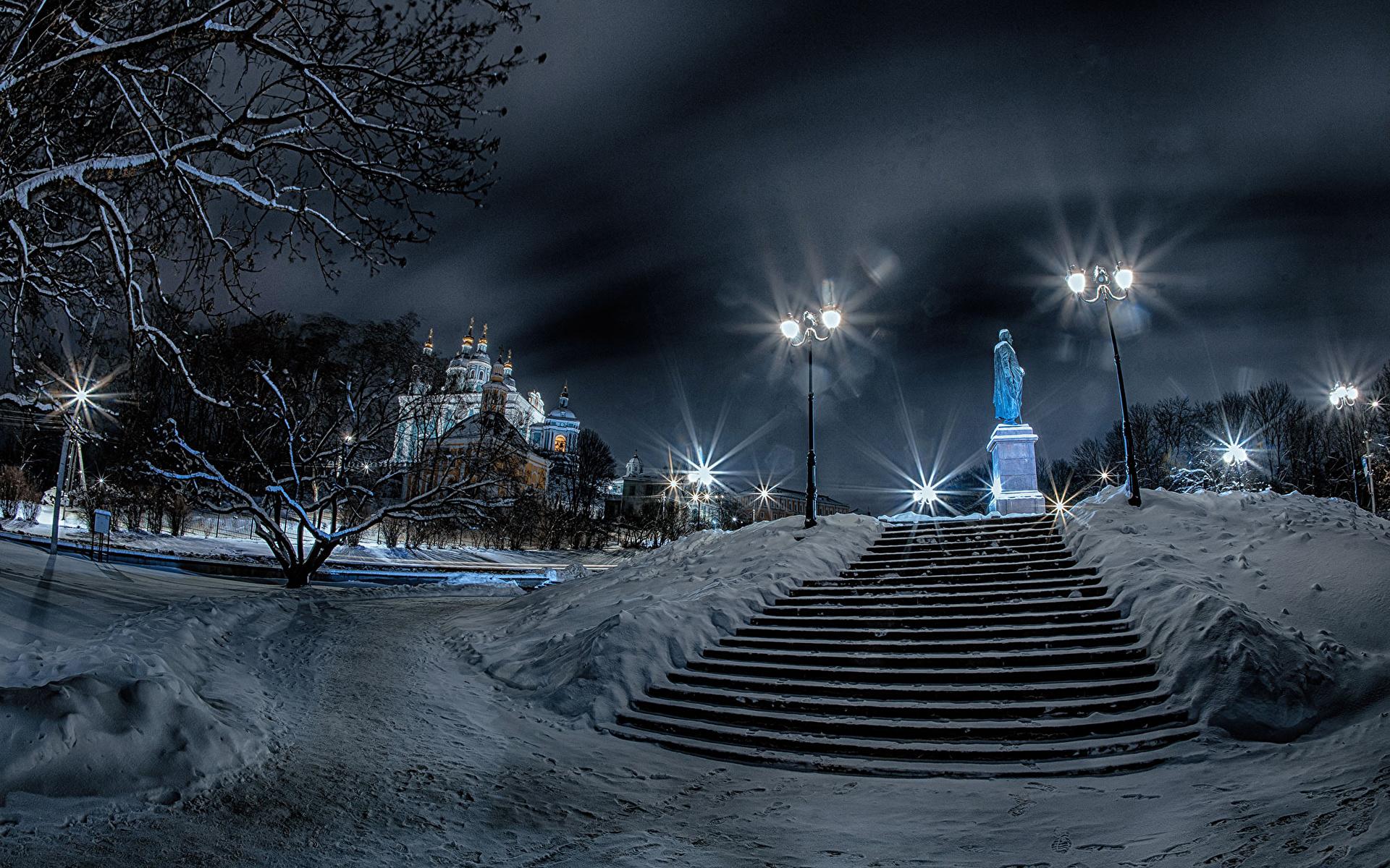 Картинка Россия Памятники Smolensk Зима лестницы снеге храм ночью Уличные фонари город 1920x1200 зимние Лестница Снег снега снегу Ночь Храмы в ночи Ночные Города