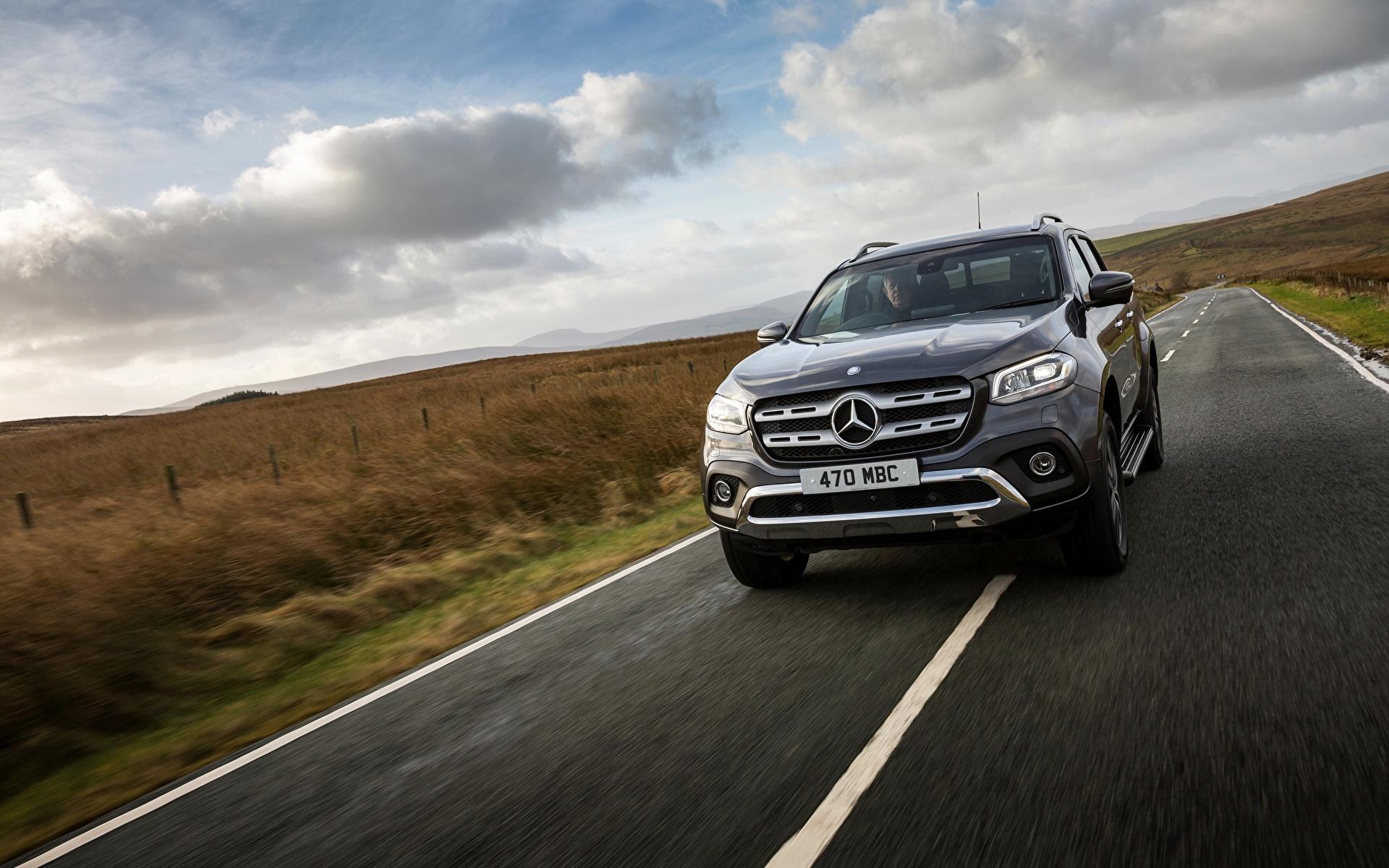 Обои для рабочего стола Mercedes-Benz UK-version 2017 X-Class Пикап кузов скорость авто 1920x1200 Мерседес бенц едет едущий едущая Движение машина машины Автомобили автомобиль
