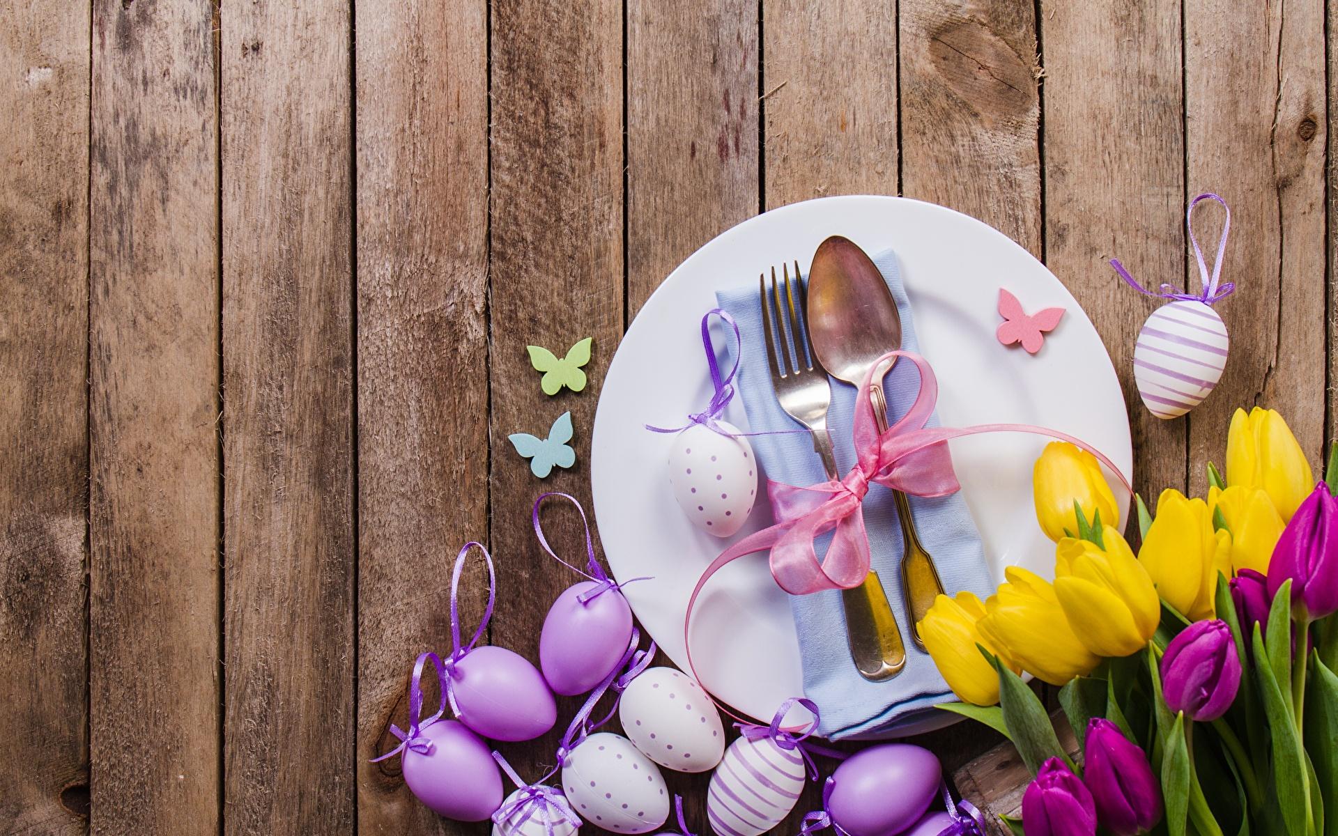 Картинка Пасха яиц Тюльпаны Цветы вилки ложки тарелке Доски 1920x1200 яйцо Яйца яйцами тюльпан цветок Ложка Тарелка Вилка столовая