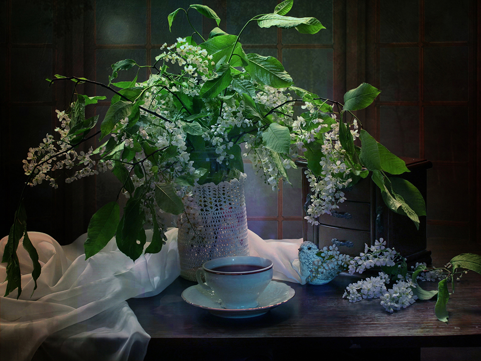 Картинка Чай Цветы Ваза Чашка Ветки Продукты питания Цветущие деревья 1600x1200 Еда Пища ветвь