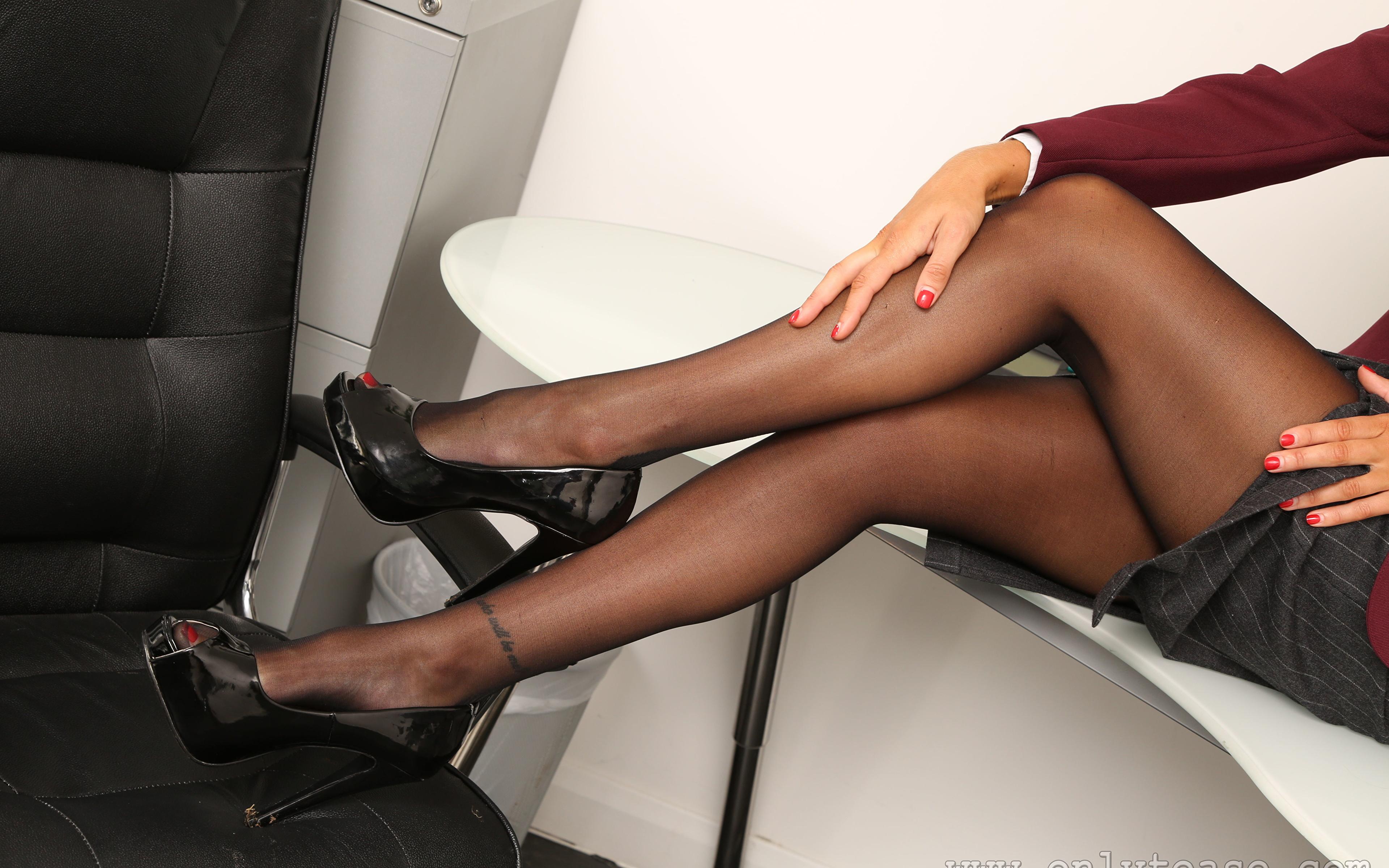 Картинки колготок молодая женщина Ноги Руки Крупным планом туфлях 3840x2400 Колготки колготках девушка Девушки молодые женщины ног рука вблизи Туфли туфель