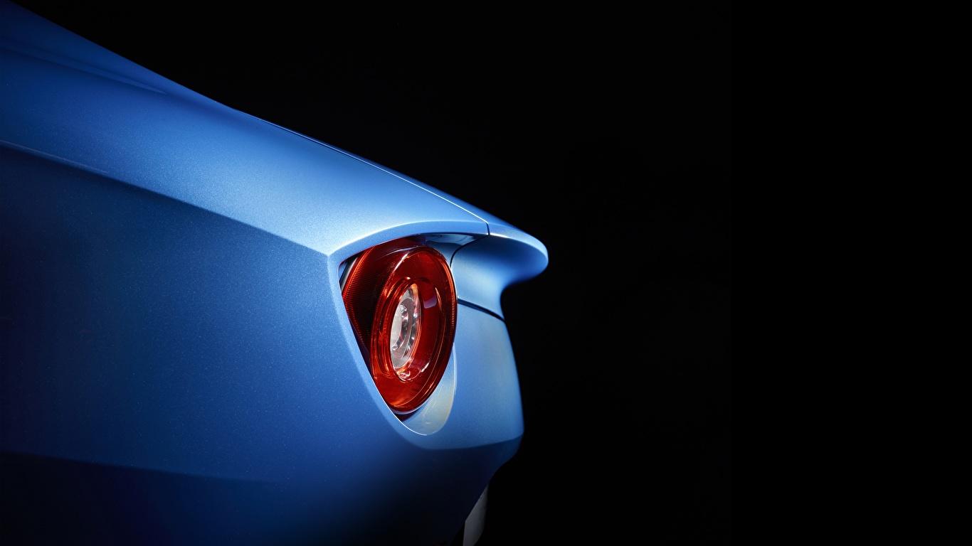 Фото Ferrari F12 Berlinetta фар Автомобили Черный фон Крупным планом 1366x768 Феррари Фары авто машина машины автомобиль вблизи на черном фоне