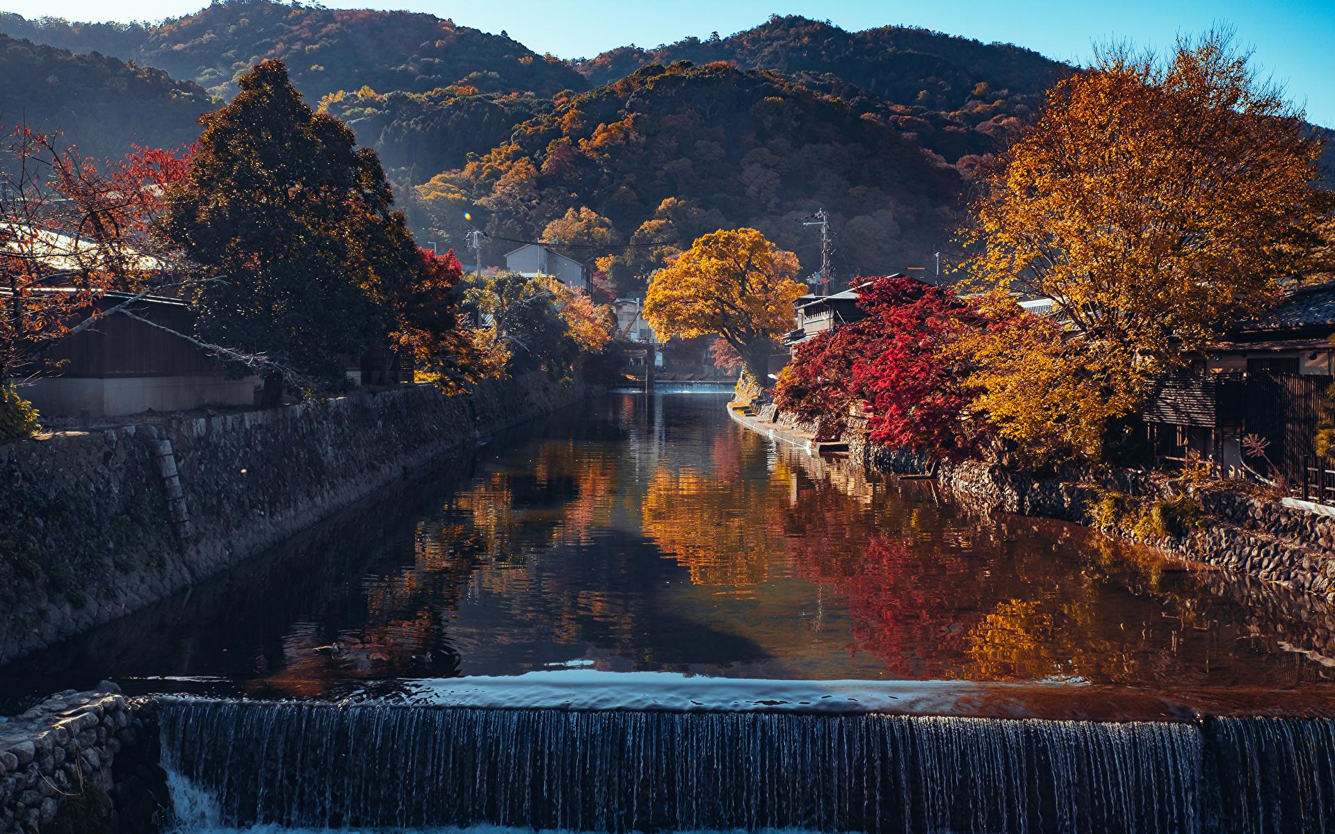 Картинка Киото Япония Arashiyama Горы осенние Природа Водопады Водный канал Деревья 1920x1200 гора Осень дерево дерева деревьев