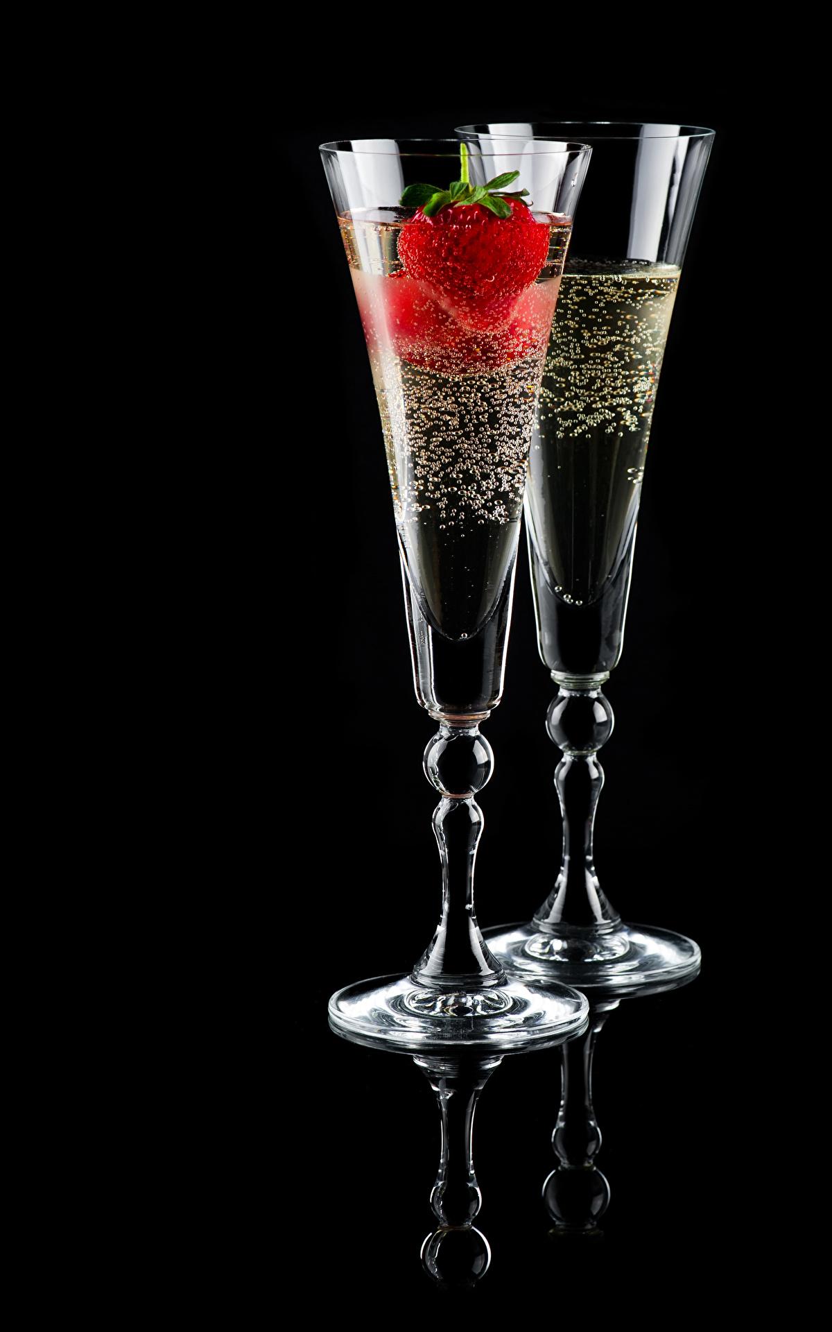 Фотография Двое Шампанское Клубника Бокалы Продукты питания Черный фон 1200x1920 2 вдвоем Игристое вино Еда Пища