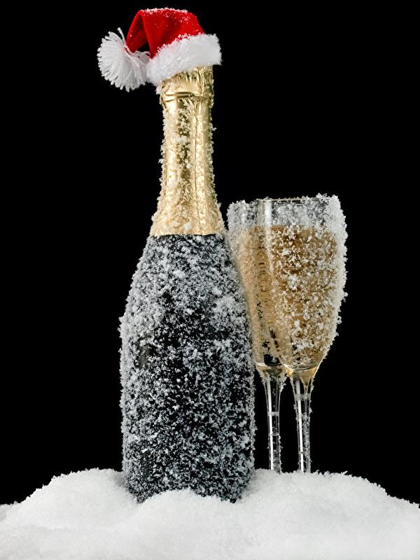 Обои для рабочего стола Рождество в шапке Игристое вино снега Еда бокал Бутылка Черный фон 600x800 Новый год Шапки шапка Шампанское Снег снеге снегу Пища Бокалы бутылки Продукты питания на черном фоне