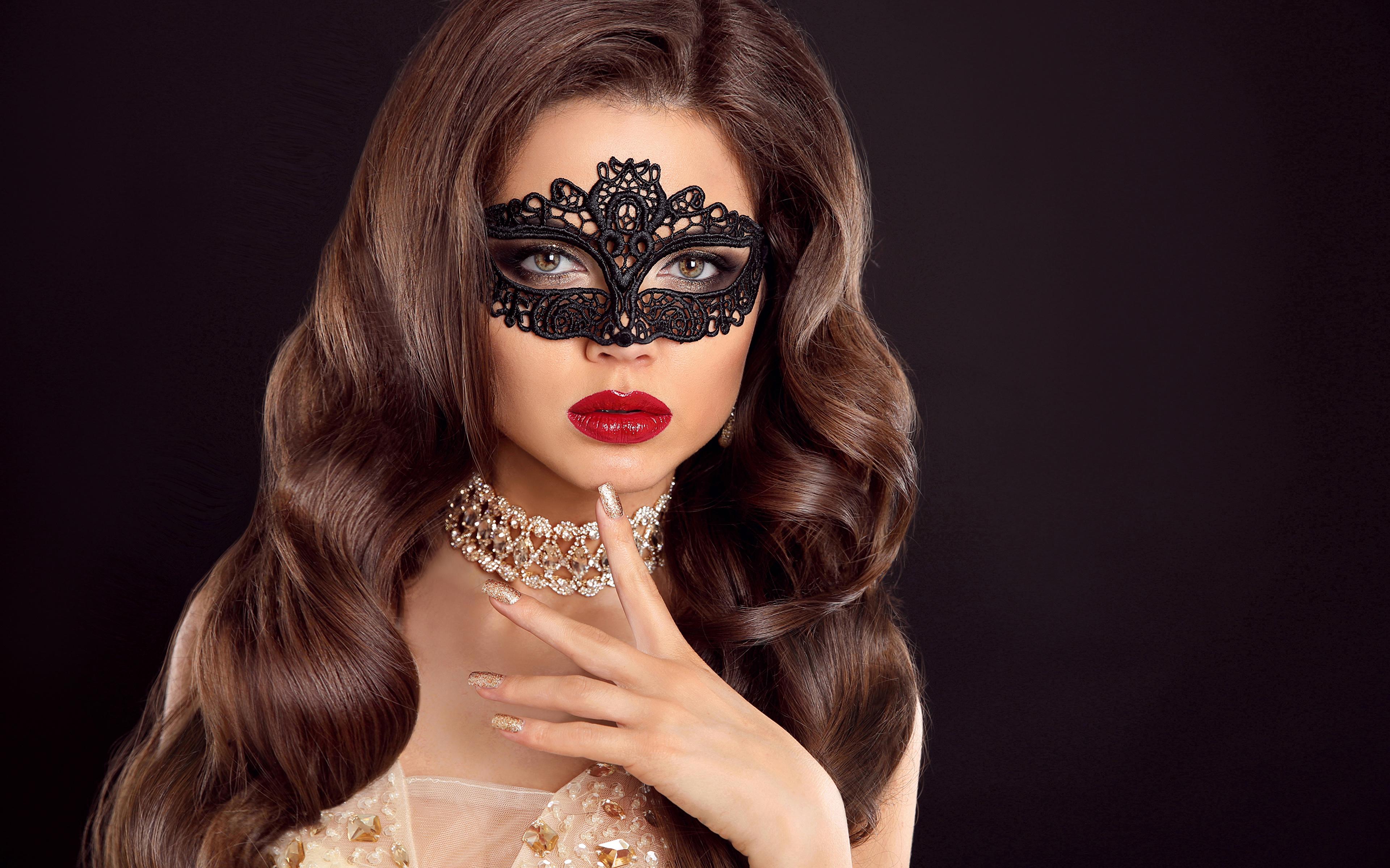 Обои для рабочего стола девушка Черный фон шатенки красными губами Маски Пальцы Волосы ожерельем Украшения 3840x2400 Девушки молодые женщины молодая женщина на черном фоне Шатенка Красные губы волос ожерелья Ожерелье