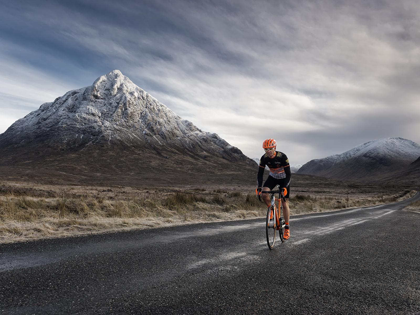 Фотографии Велосипед Горы Природа Дороги Движение 1600x1200 велосипеды велосипеде гора едет едущий едущая скорость