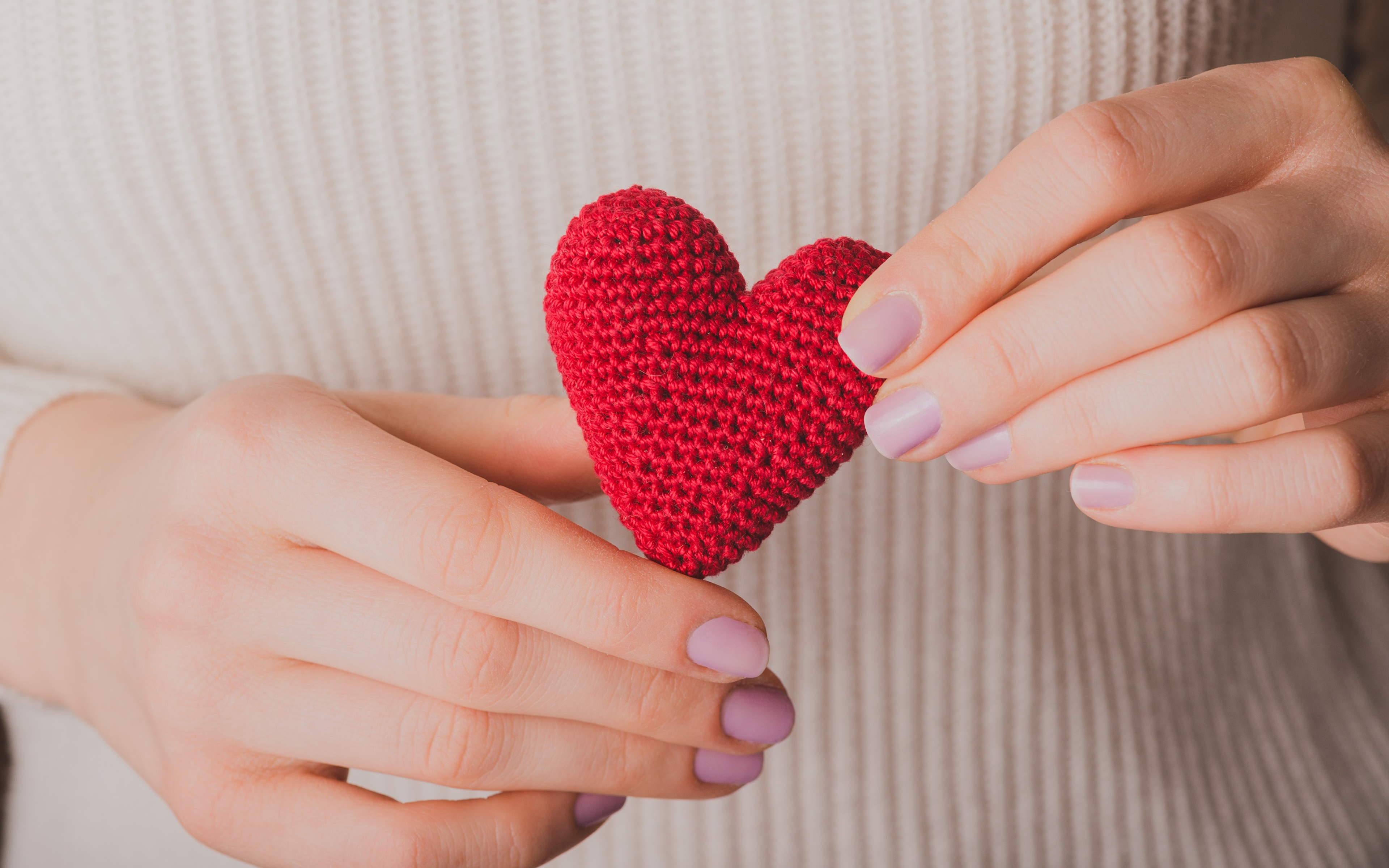Фотографии День святого Валентина сердечко рука Крупным планом 3840x2400 День всех влюблённых серце Сердце сердца Руки вблизи