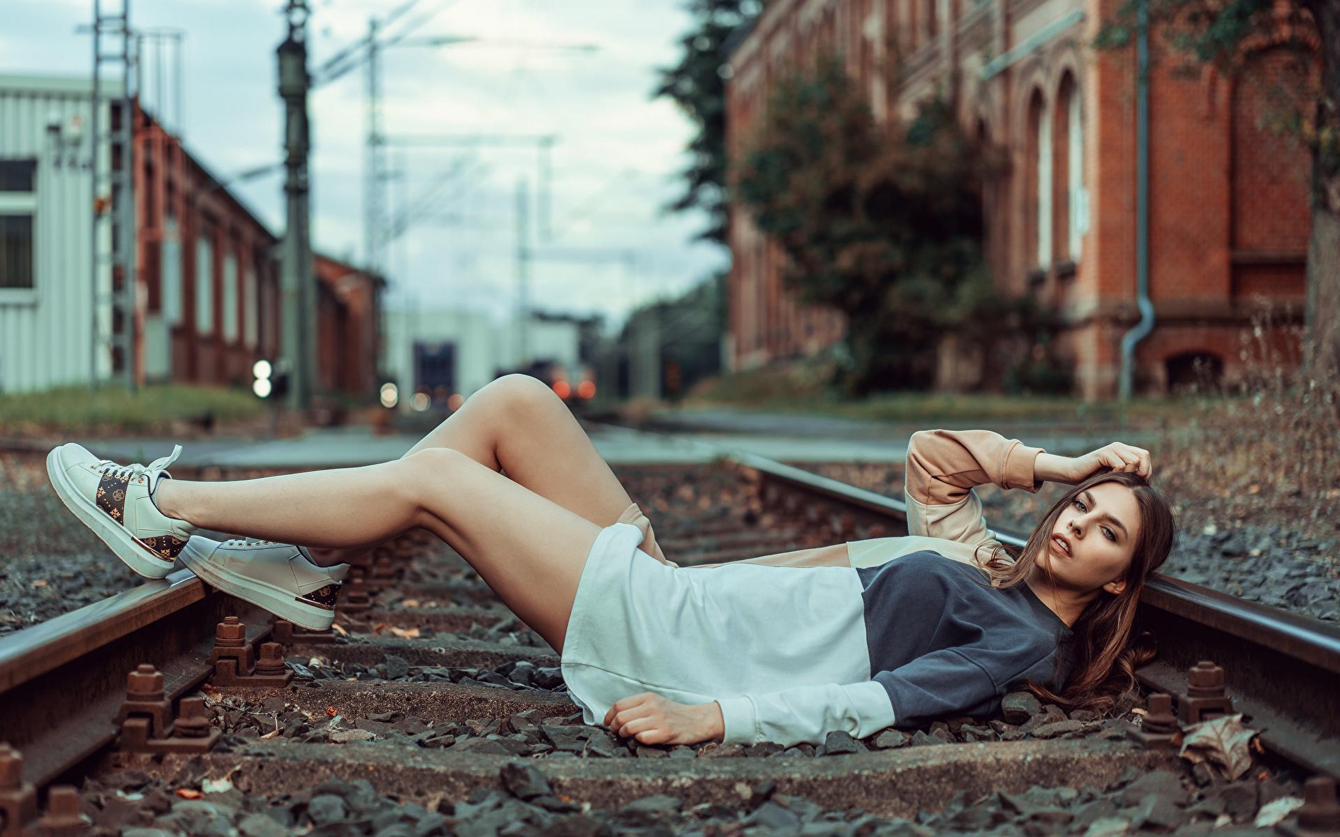 Фотография фотомодель рельсах лежат Beatrice Rogall Девушки ног Взгляд Платье 1920x1200 Модель Рельсы лежа Лежит лежачие девушка молодая женщина молодые женщины Ноги смотрит смотрят платья