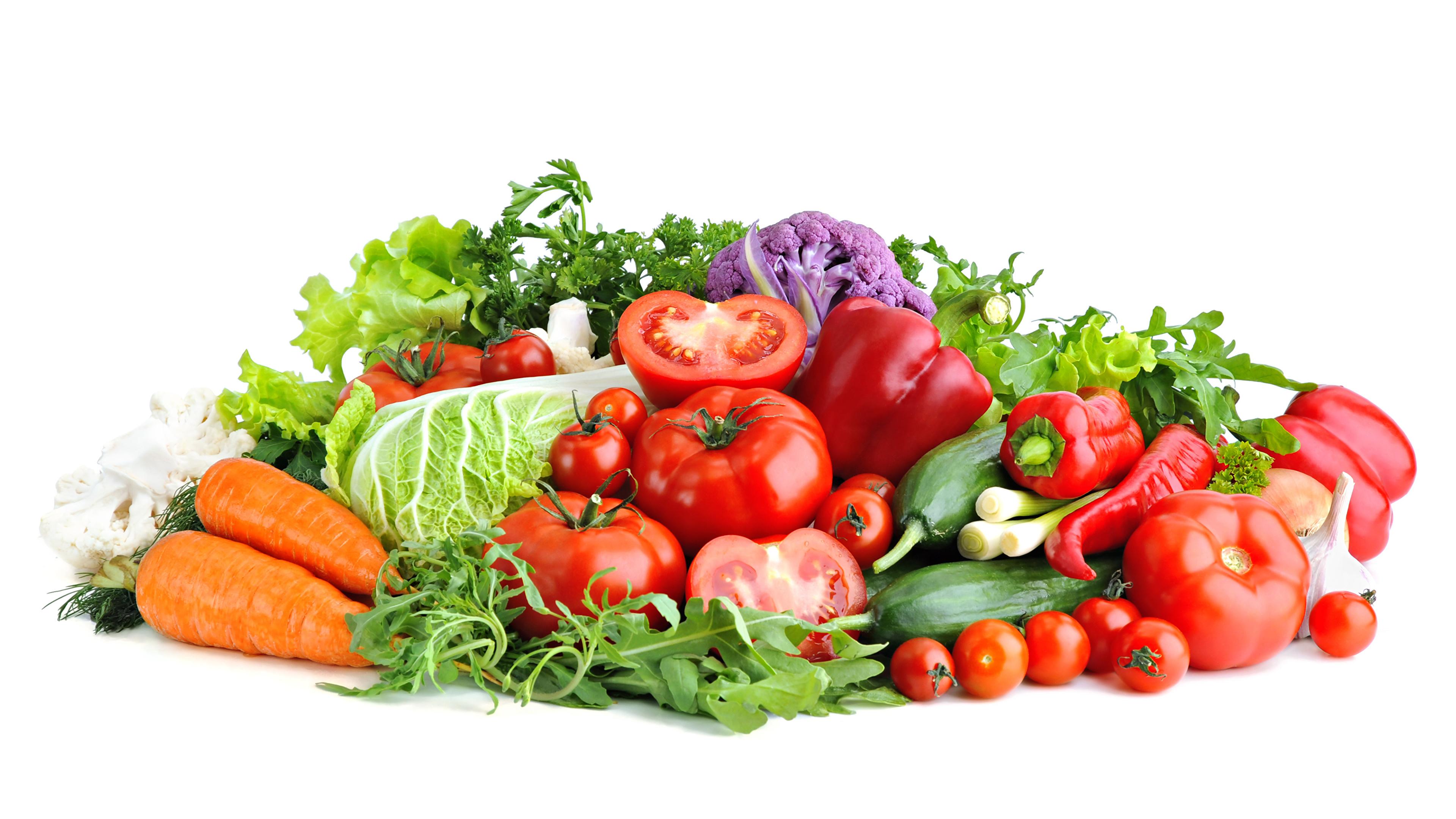 Картинки Морковь Помидоры Овощи перец овощной Продукты питания Белый фон 3840x2160 Томаты морковка Еда Пища Перец белом фоне белым фоном