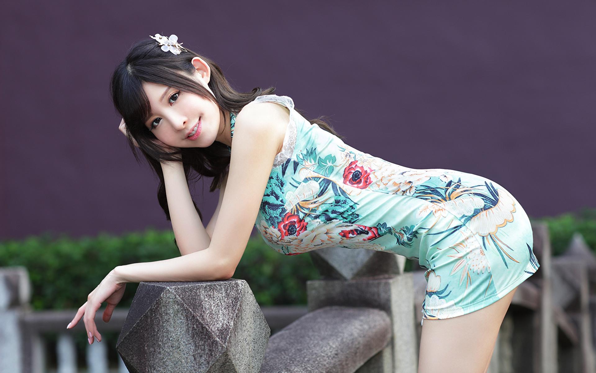 Фото Поза красивый Девушки Азиаты Взгляд платья 1920x1200 позирует красивая Красивые девушка молодая женщина молодые женщины азиатки азиатка смотрит смотрят Платье
