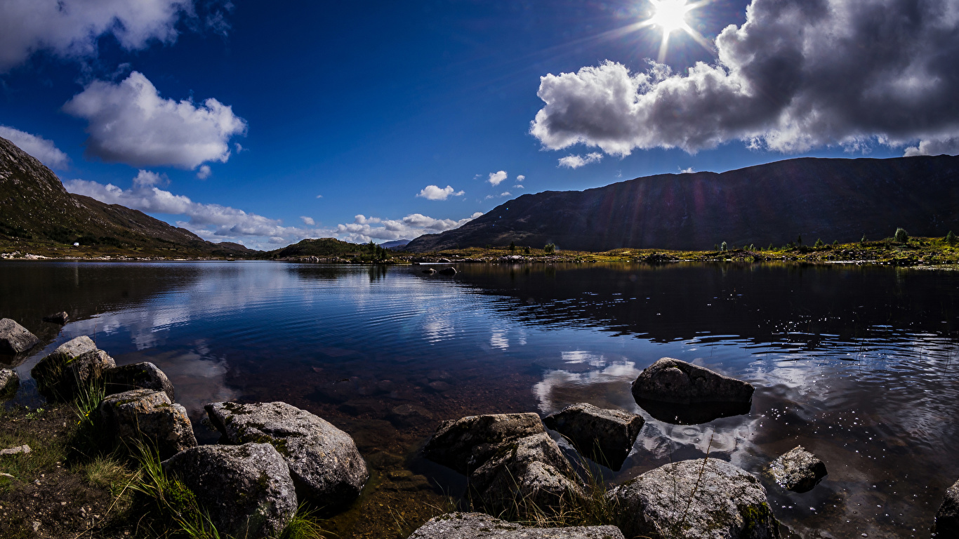 Картинка Шотландия Achallader гора солнца Природа Озеро Камни облачно 1366x768 Горы Солнце Камень облако Облака