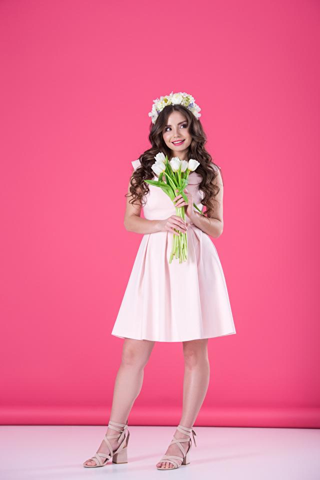 Картинки Платье Розовый фон Тюльпаны молодые женщины Улыбка шатенки 640x960 для мобильного телефона платья Девушки девушка тюльпан молодая женщина улыбается Шатенка