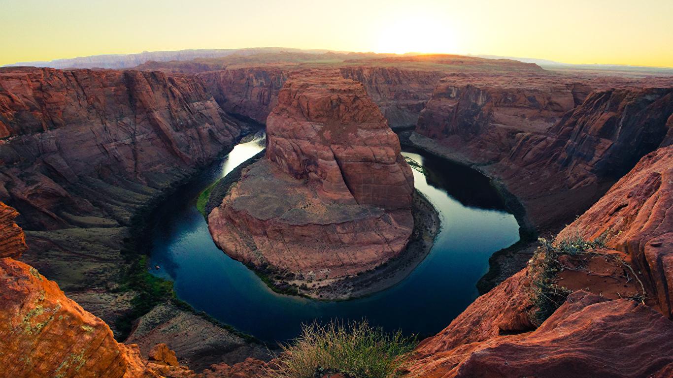 Обои для рабочего стола штаты Colorado river, Arizona Скала каньона Природа рассвет и закат Реки 1366x768 США америка Утес скале скалы Каньон каньоны Рассветы и закаты река речка