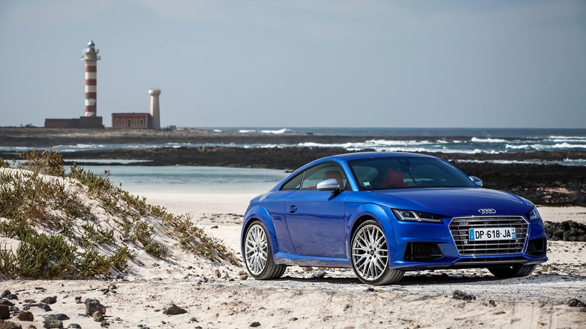 Синий автомобиль на берегу подборки