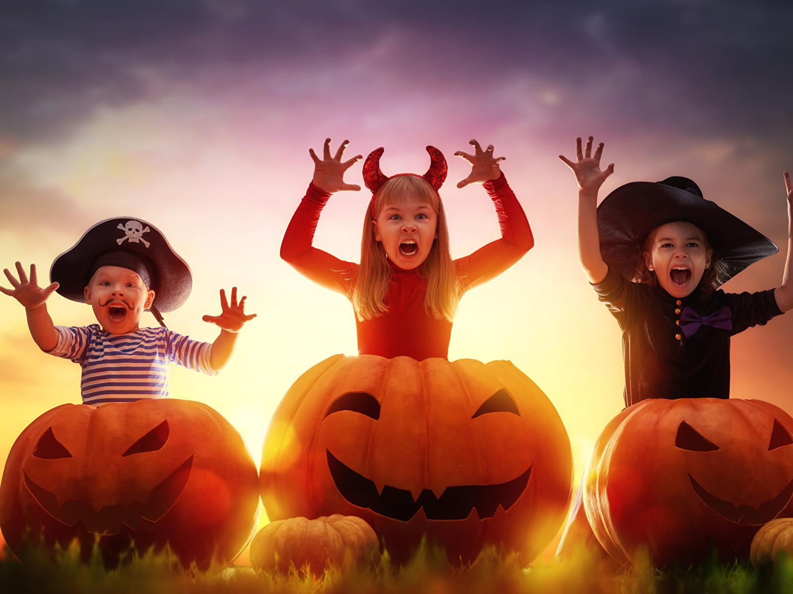 Фото Девочки мальчик Дети Шляпа Тыква Хеллоуин втроем 1600x1200 девочка Мальчики мальчишки мальчишка ребёнок шляпе шляпы три Трое 3