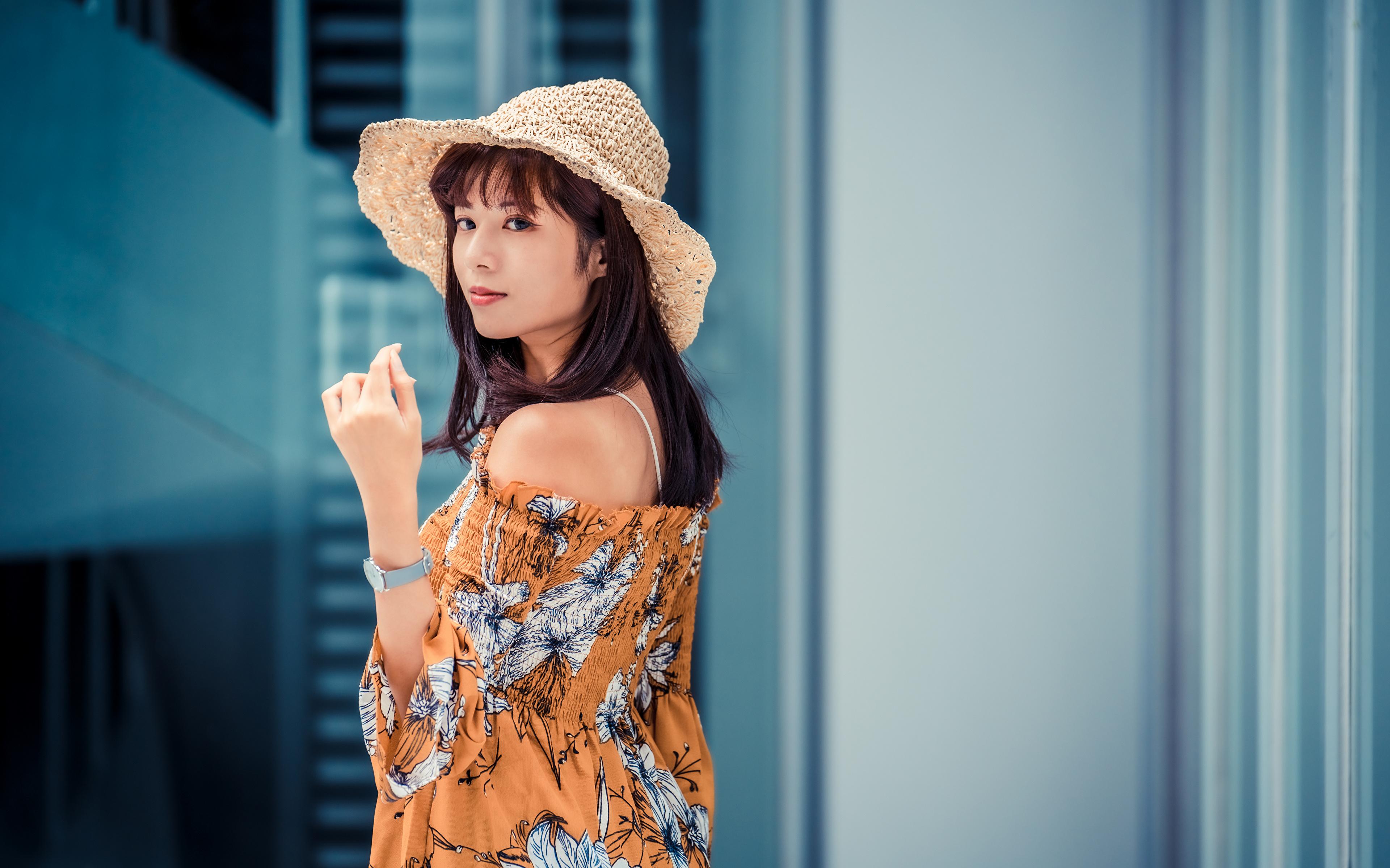Фото Шатенка Блузка Шляпа молодая женщина Азиаты рука смотрит 3840x2400 шатенки шляпы шляпе девушка Девушки молодые женщины азиатки азиатка Руки Взгляд смотрят