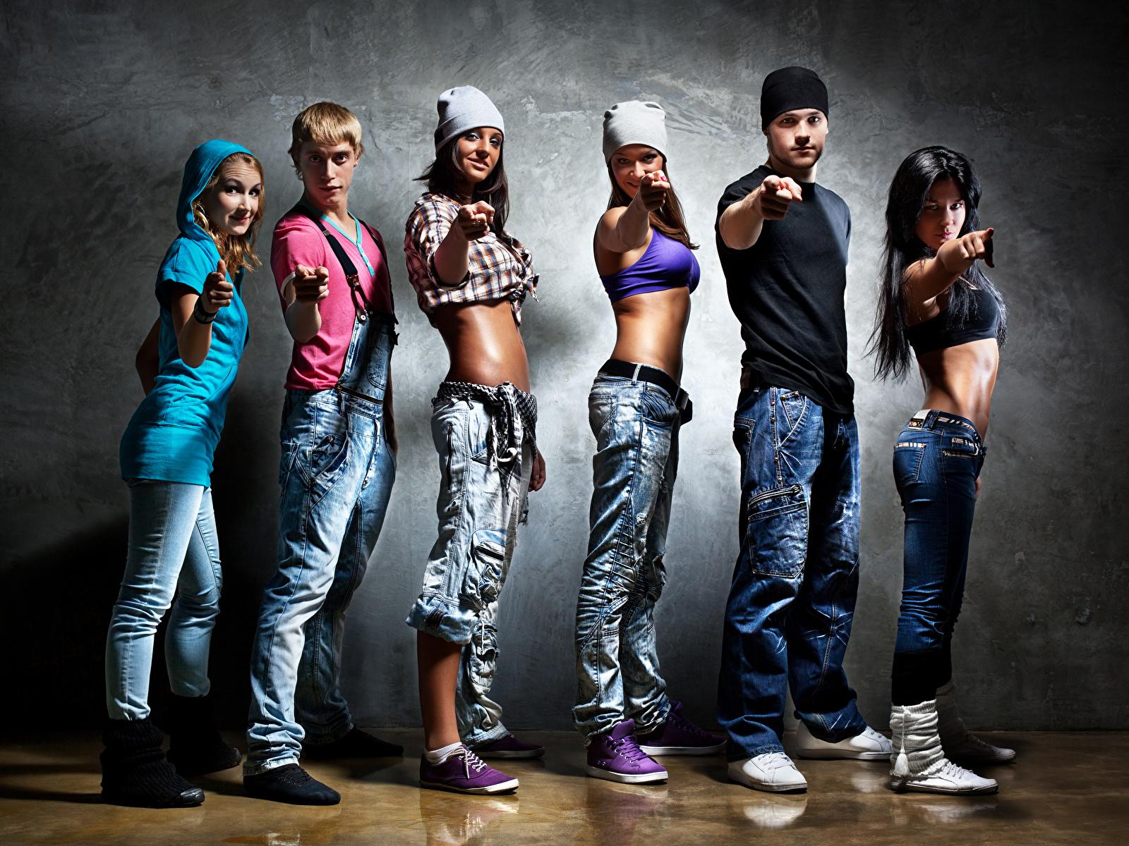 Обои для рабочего стола Мужчины Танцы молодые женщины рука смотрит 1600x1200 танцуют танцует девушка Девушки молодая женщина Руки Взгляд смотрят