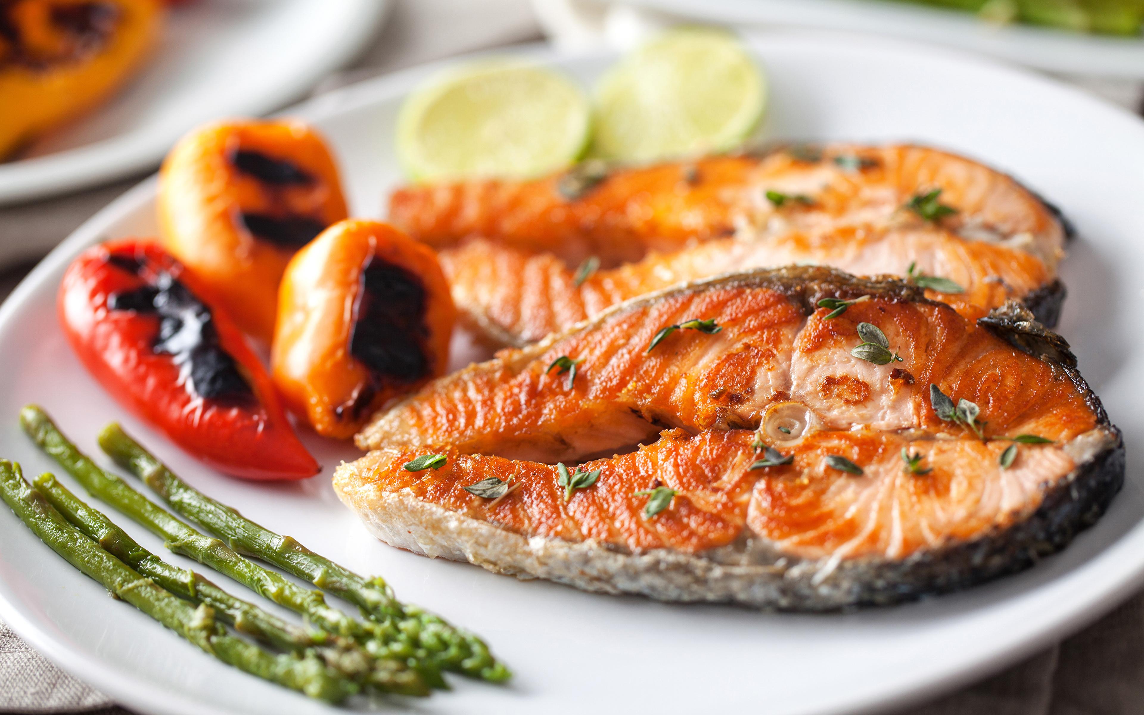 Рыба в тарелке скачать