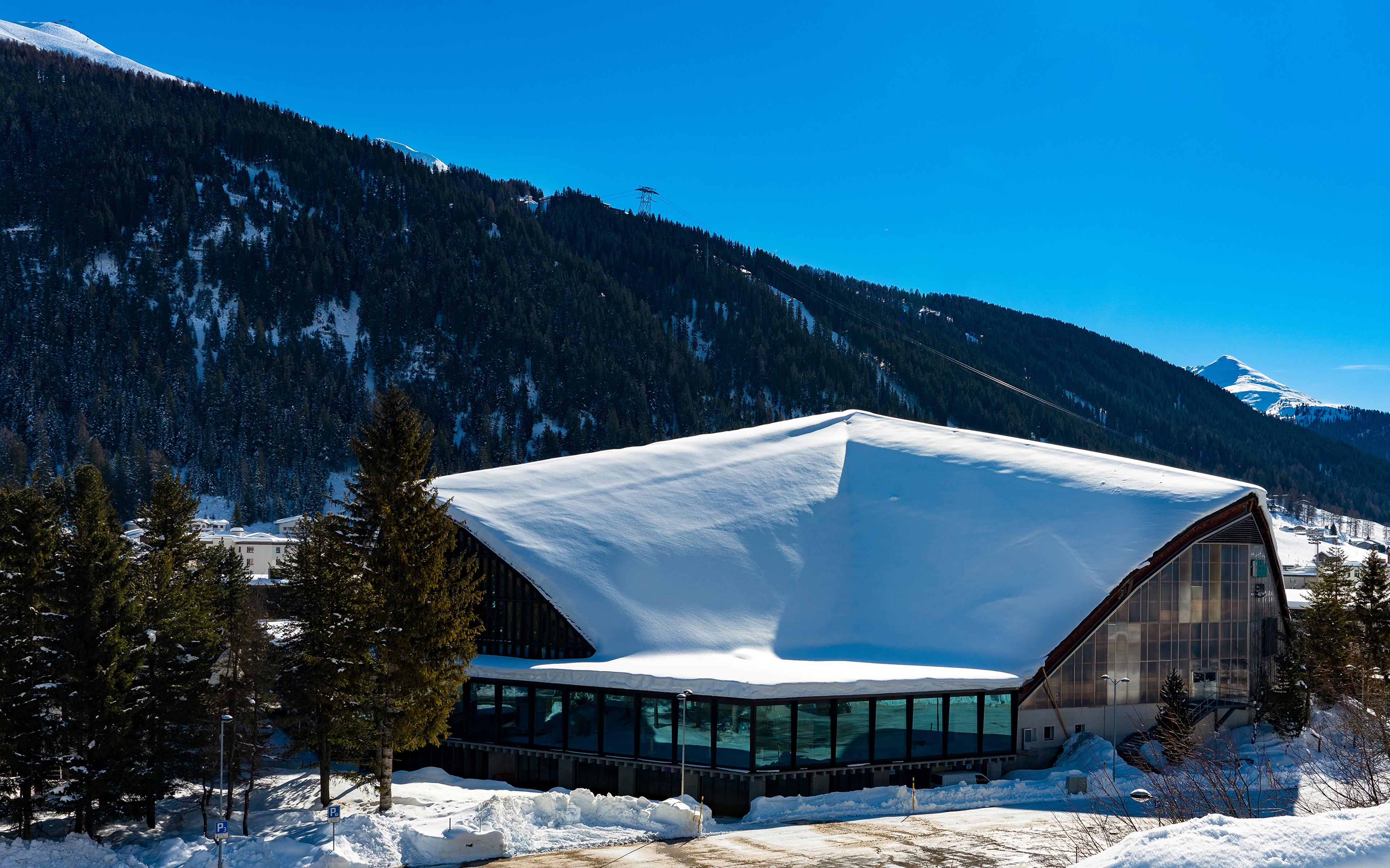 Картинка Швейцария Davos гора зимние снегу город Здания 3840x2400 Горы Зима Снег снеге снега Дома Города