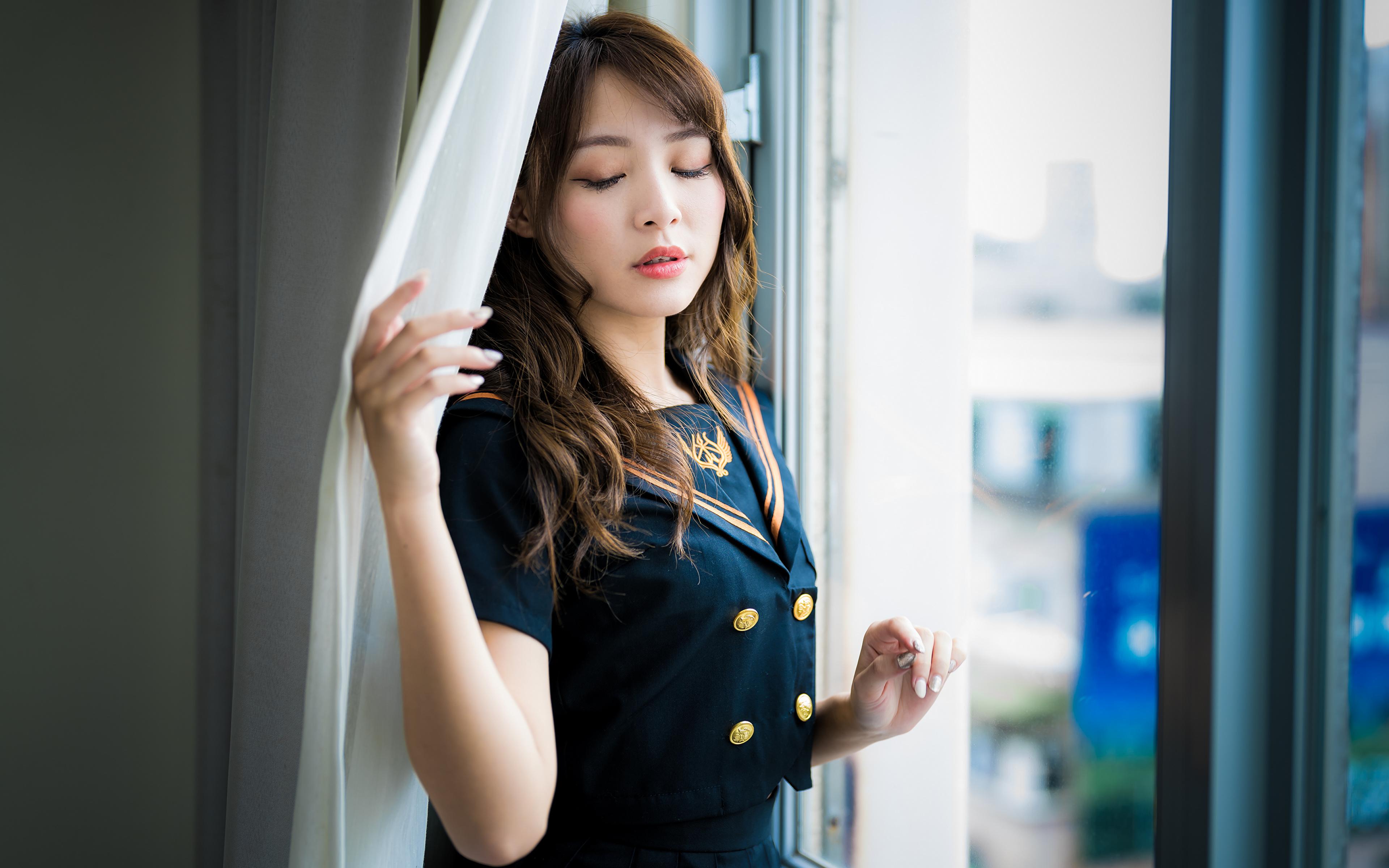 Картинки шатенки Размытый фон позирует Девушки азиатка Окно униформе 3840x2400 Шатенка боке Поза девушка молодая женщина молодые женщины Азиаты азиатки окна Униформа