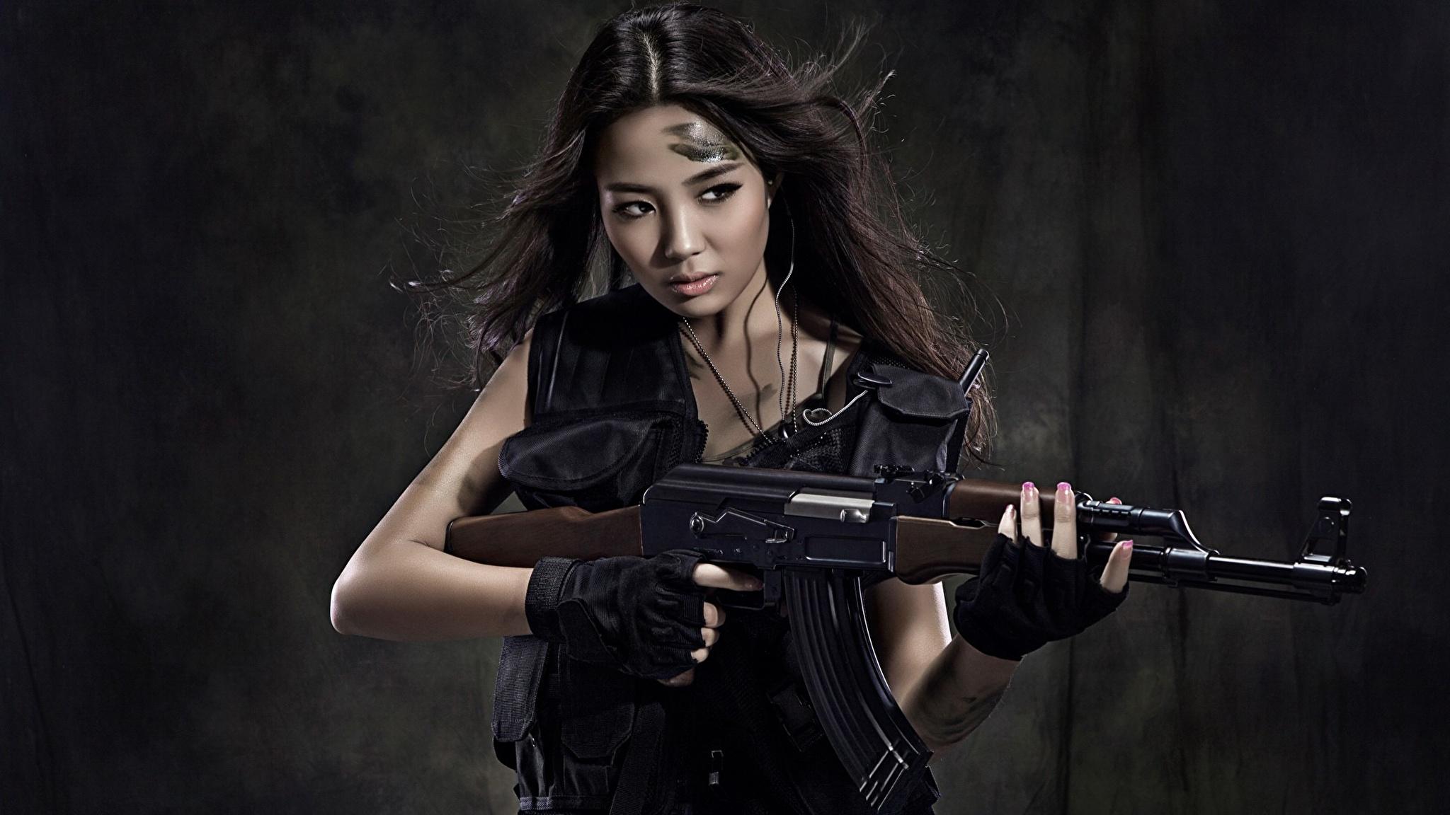 даже огромные фото красоток с оружием хлопая глазами