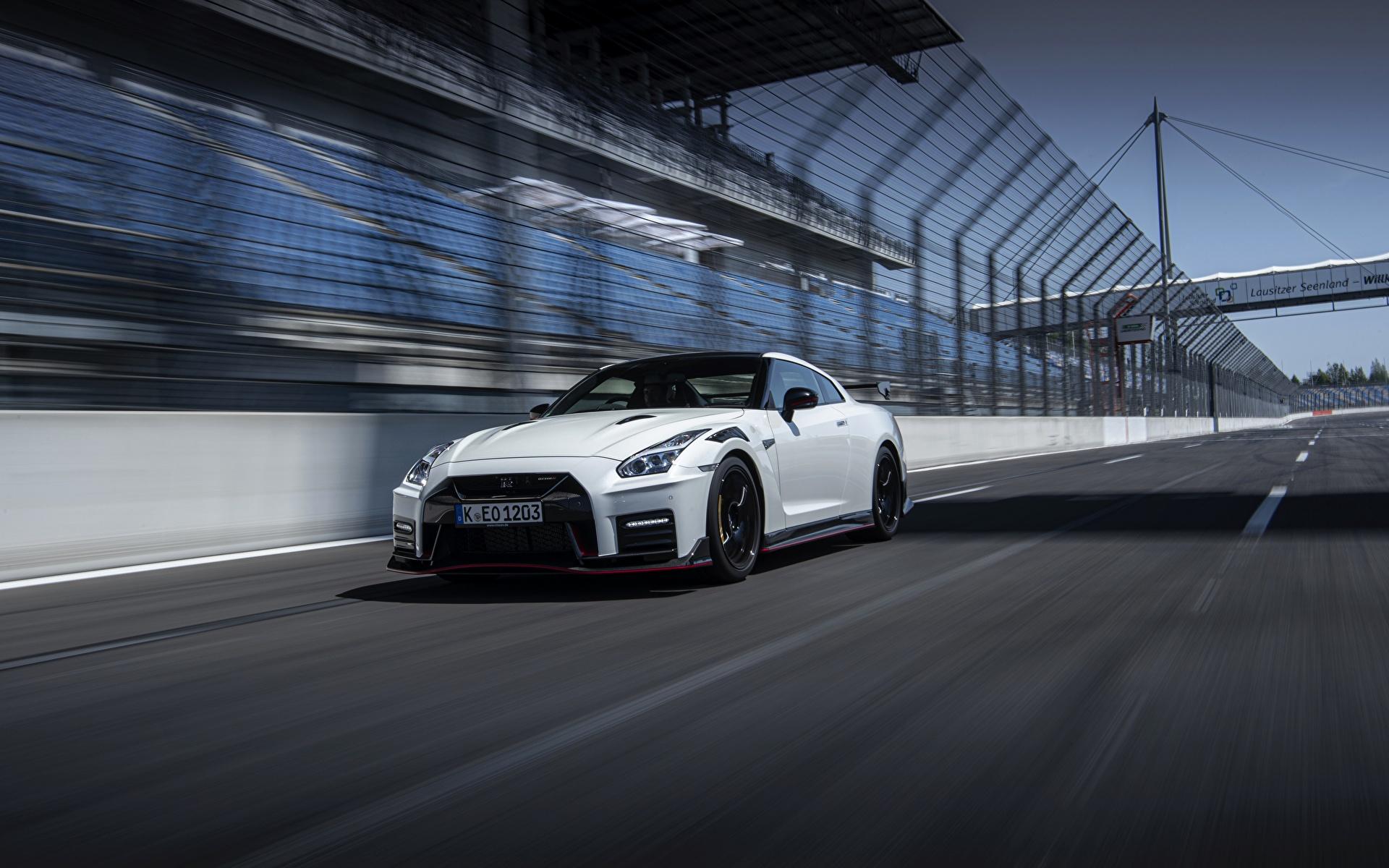 Фотографии Nissan GT-R R35 Nismo 2020 2019 Белый Движение Автомобили 1920x1200 Ниссан белая белые белых едет едущий едущая скорость авто машины машина автомобиль