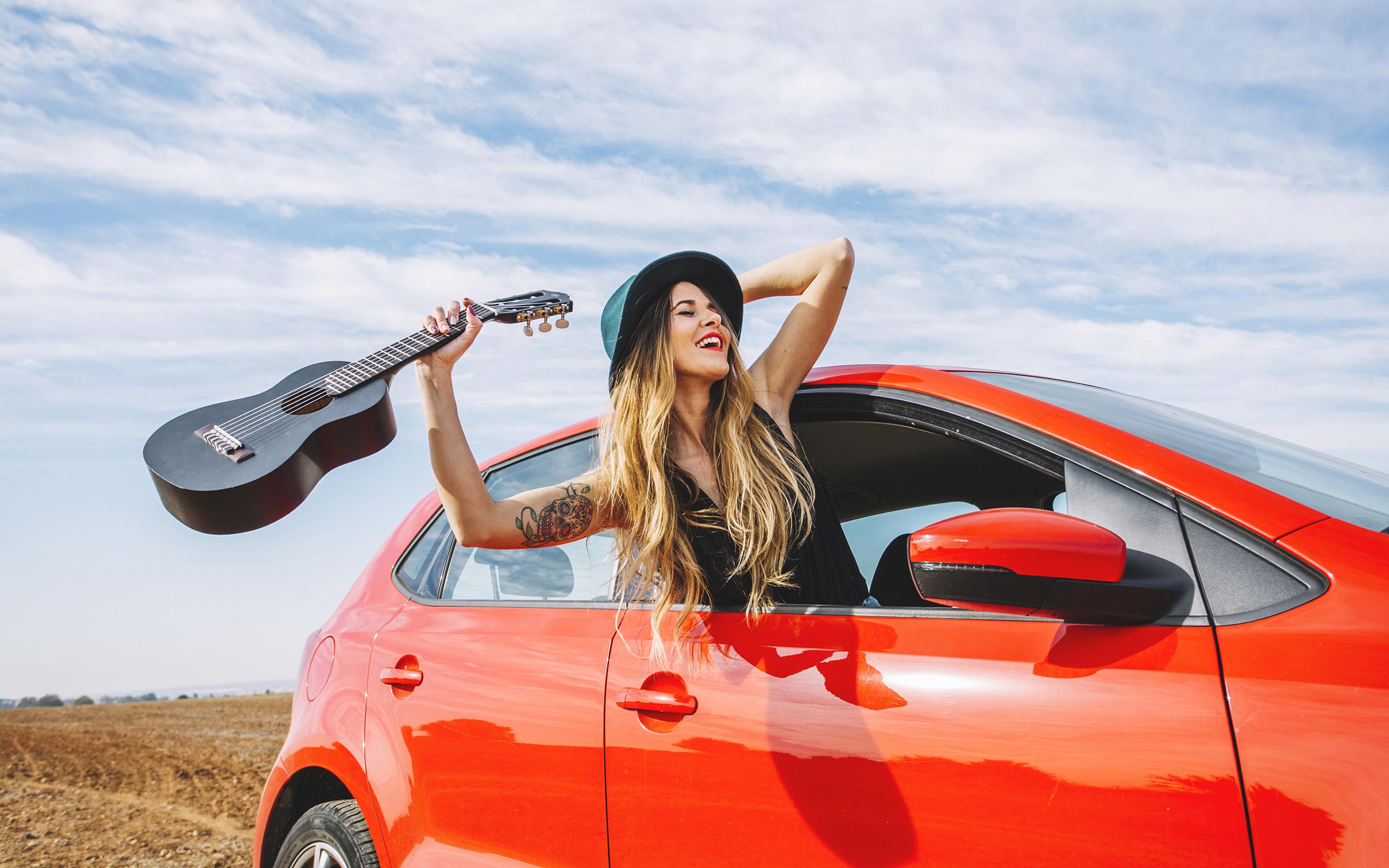 Фотографии Блондинка Гитара радостный шляпе Девушки рука 3840x2400 блондинок блондинки гитары с гитарой счастье Радость радостная счастливая счастливый счастливые Шляпа шляпы девушка молодые женщины молодая женщина Руки