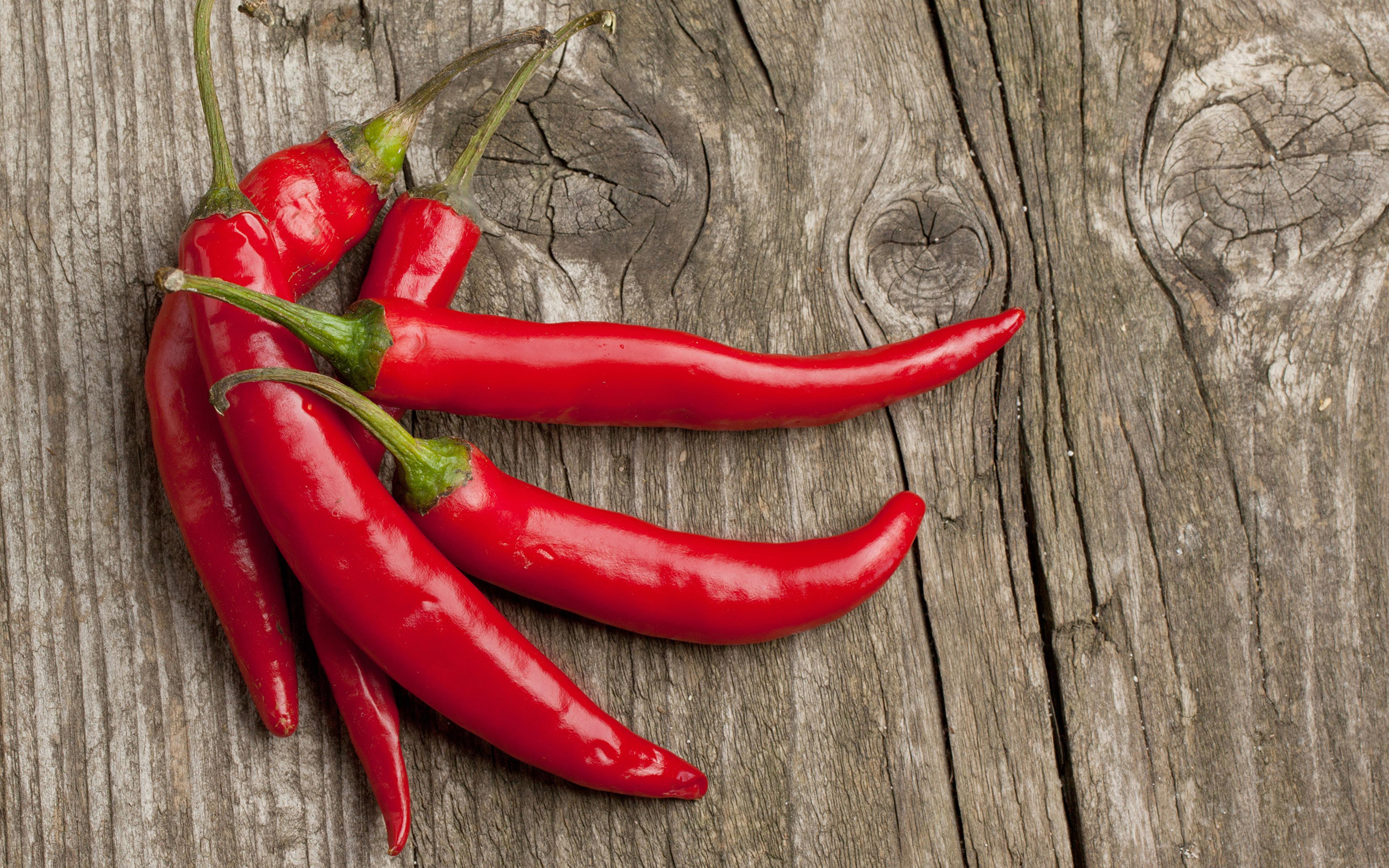 Картинки Красный Острый перец чили Пища Доски 3840x2400 красных красные красная Еда Продукты питания