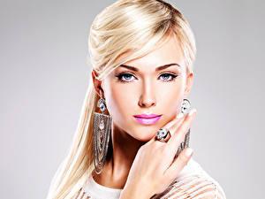 Картинка Украшения Блондинка Волосы Смотрит Серьги Кольцо Лица Красивые Девушки