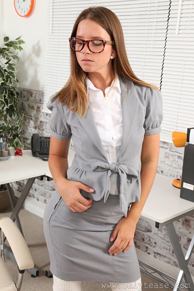 Фотографии Vanessa A Only шатенки секретарша девушка Руки очков 640x960 для мобильного телефона Шатенка Секретарши Девушки молодая женщина молодые женщины Очки рука очках