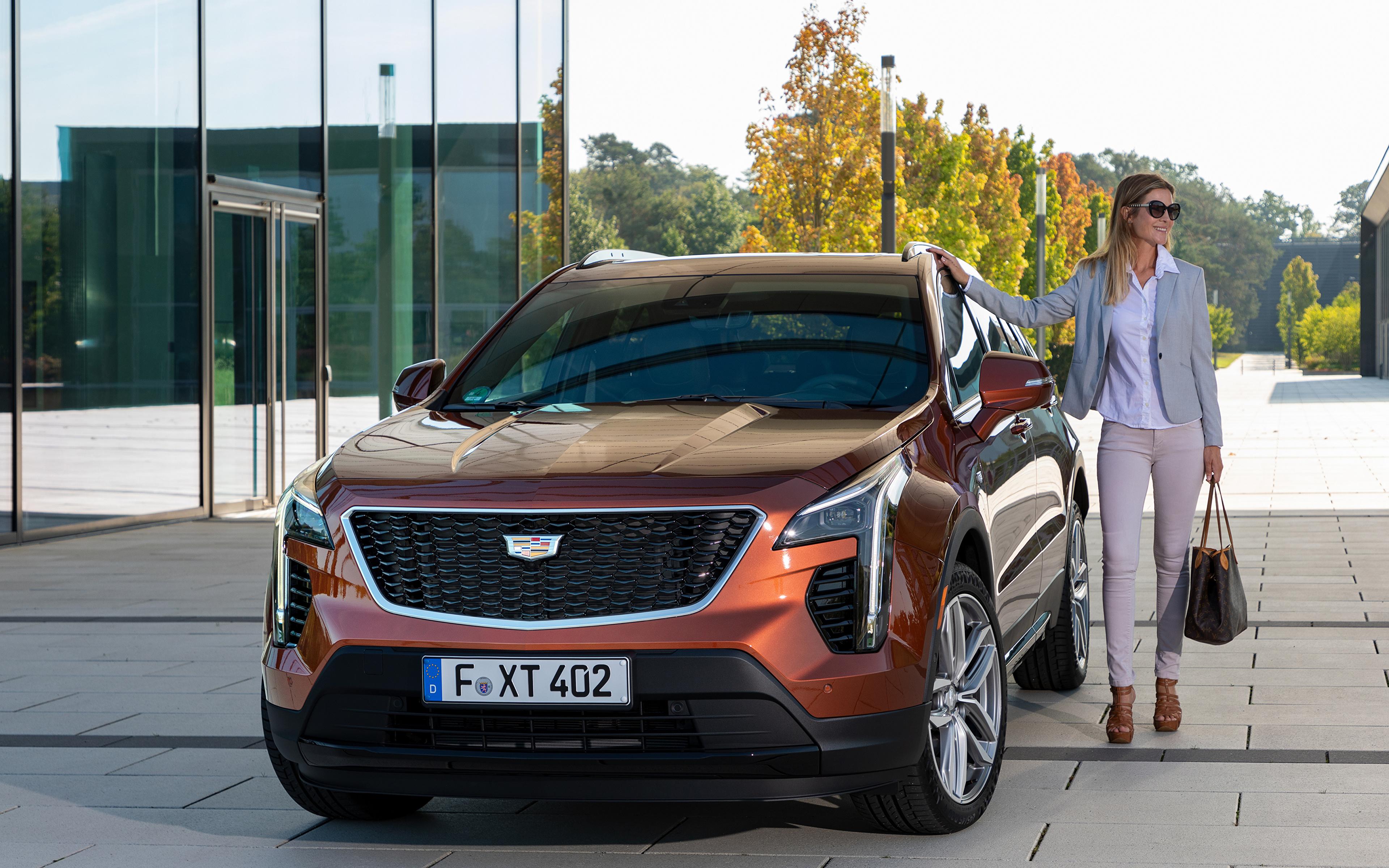 Обои для рабочего стола Кадиллак Кроссовер XT4 350D, Launch Edition Sport, 2020 Девушки авто Спереди Металлик 3840x2400 Cadillac CUV девушка молодая женщина молодые женщины машина машины Автомобили автомобиль