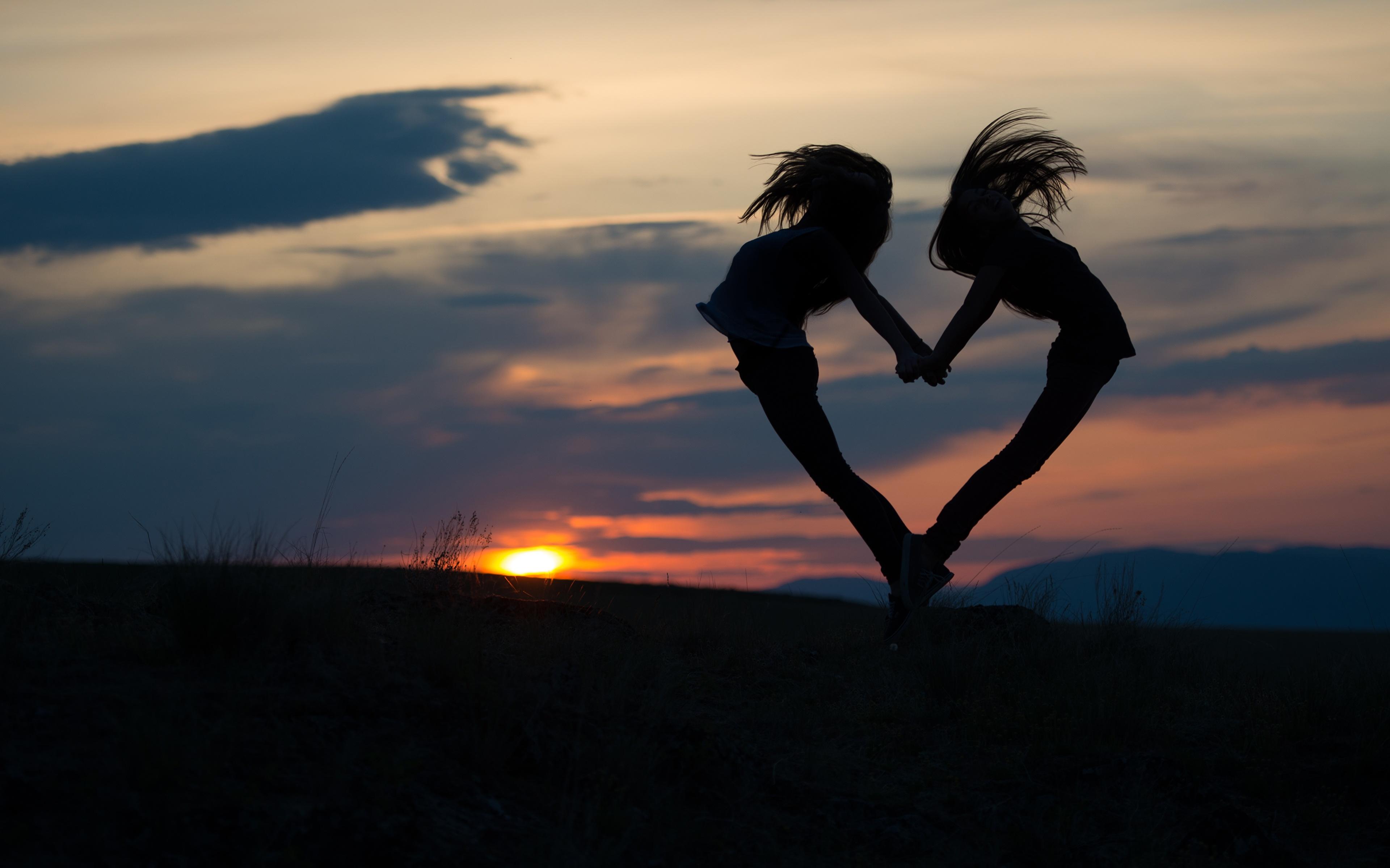 Фото сердечко Силуэт 2 Девушки Рассветы и закаты Вечер 3840x2400 Сердце Двое вдвоем