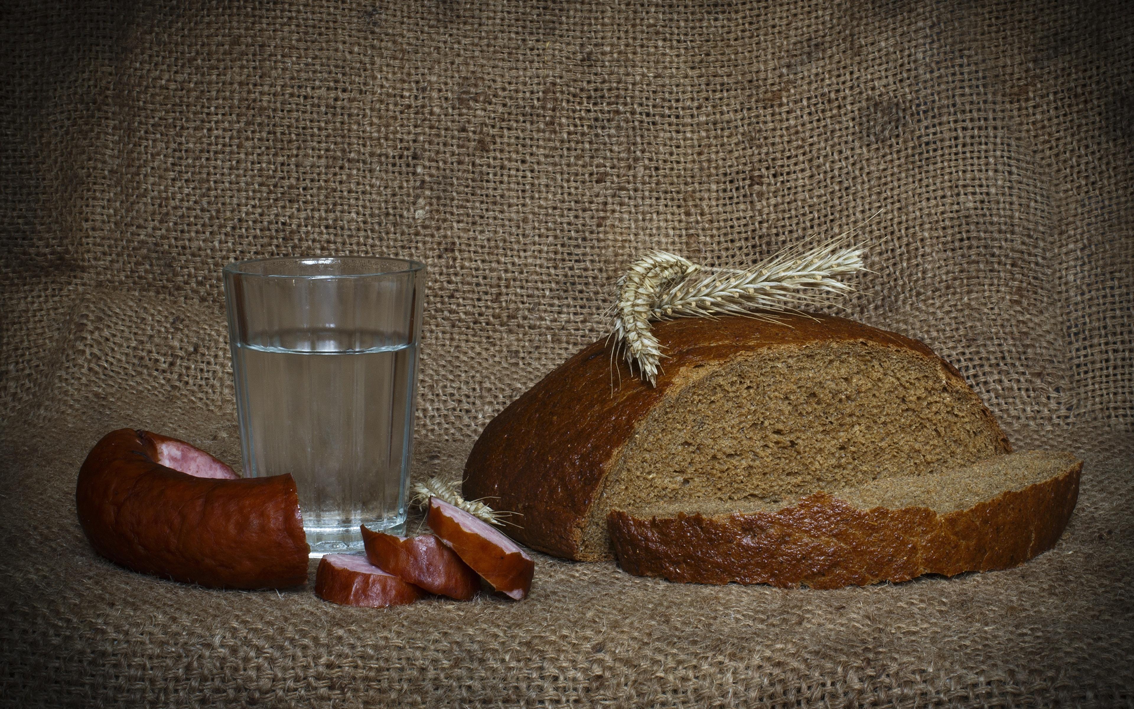 Обои Водка Колбаса Хлеб Стакан колоски Еда Нарезанные продукты 3840x2400 Колос колосья колосок стакана стакане Пища нарезка Продукты питания