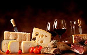 Фото Натюрморт Сыры Колбаса Ветчина Вино Томаты Хлеб Ножик Бокалы Продукты питания