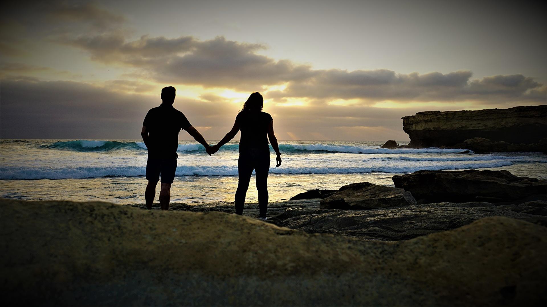Фотография любовники силуэта Море вдвоем Природа берег Камень 1920x1080 Влюбленные пары Силуэт силуэты 2 два две Двое Камни Побережье