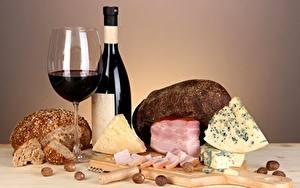 Фотографии Натюрморт Вино Хлеб Сыры Ветчина Бокалы Бутылки Продукты питания
